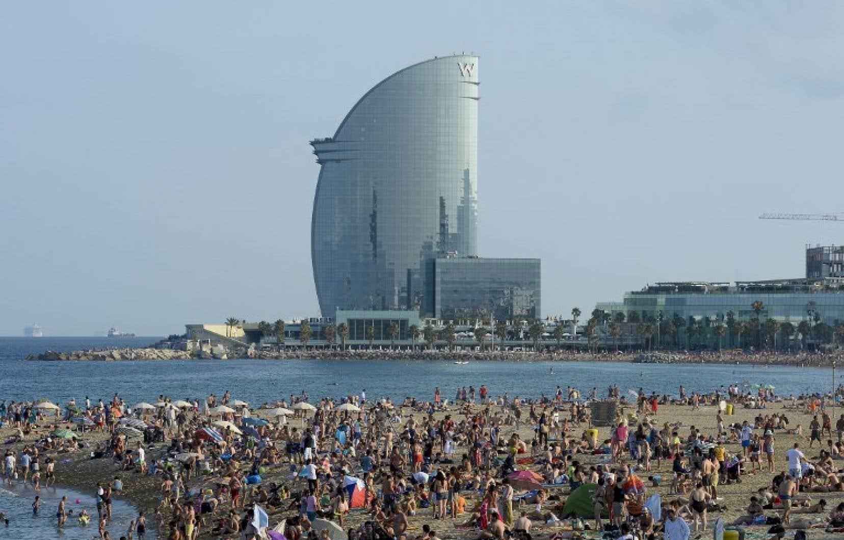 La plage de Barcelone est envahie pendant la saison touristique.