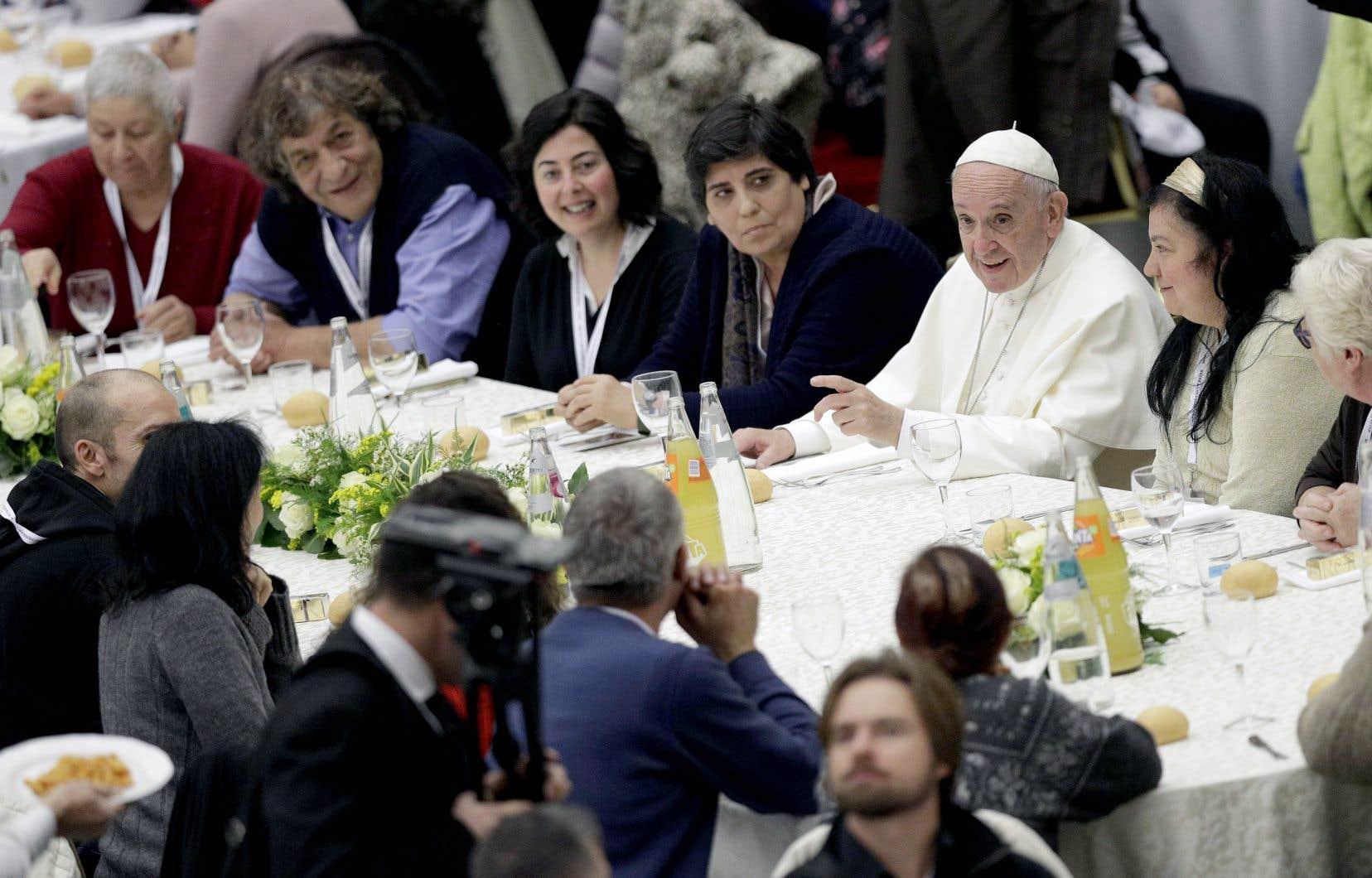 À l'occasion du déjeuner, l'immense salle Paul VI qui jouxte la basilique vaticane a été aménagée pour recevoir 150 tables ornées de bouquets.