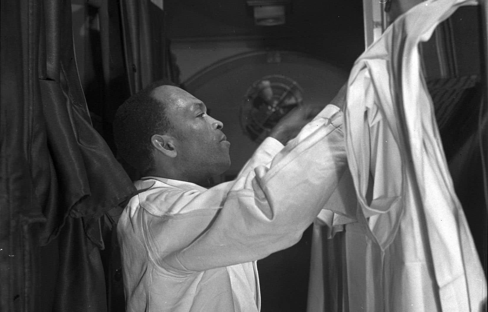 «La tâche des employés des voitures-lits était difficile. Les porteurs étaient tenus à la plus grande courtoisie, malgré le racisme qu'ils essuyaient», rapporte l'auteur.