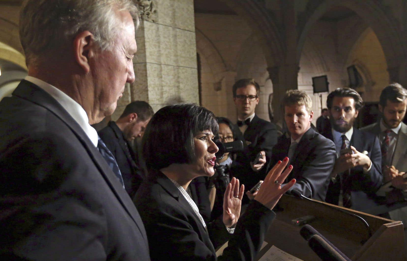 La ministre canadienne de la Santé, Ginette Petitpas-Taylor, répond aux questions des journalistes au sujet des règles entourant la production et la distribution du cannabis.