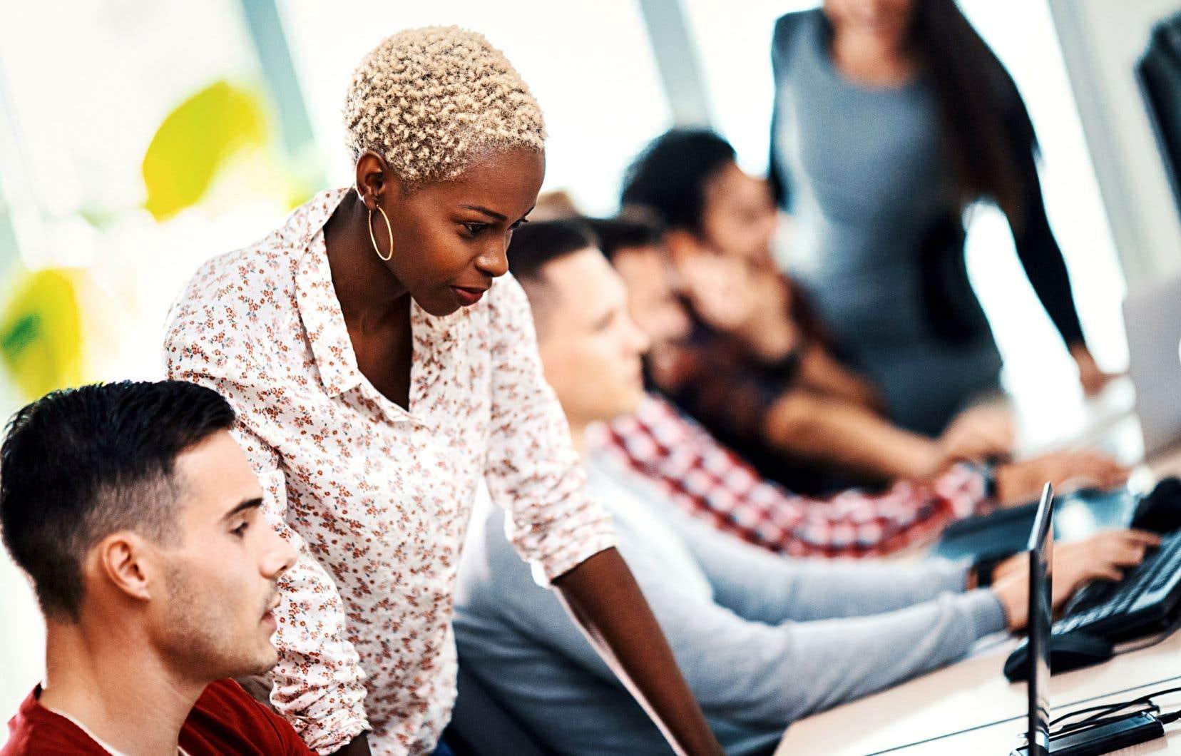 Les dirigeants d'entreprises associent un rendement financier supérieur à la rétention d'employés ayant des expériences, des compétences et des mentalités variées, selon un sondage.