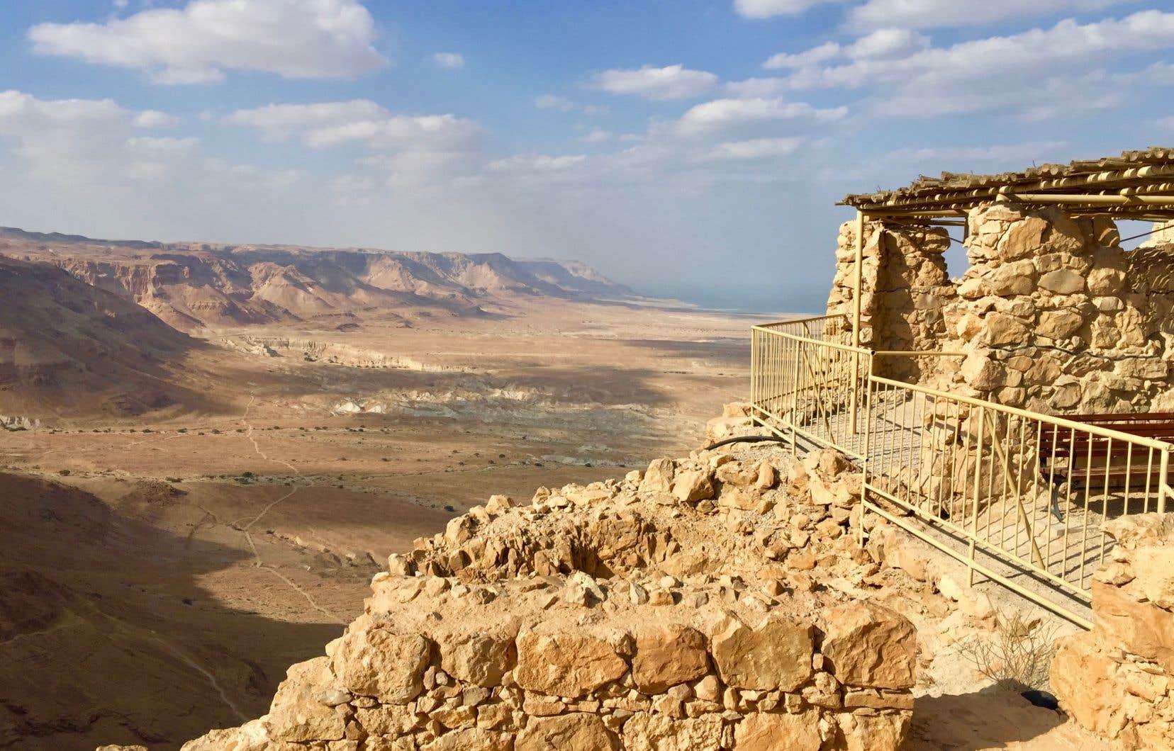 Le site de Massada est au patrimoine de l'UNESCO depuis 2001. La vue sur le désert de Judée, la mer Morte et les montagnes de Jordanie est imprenable.