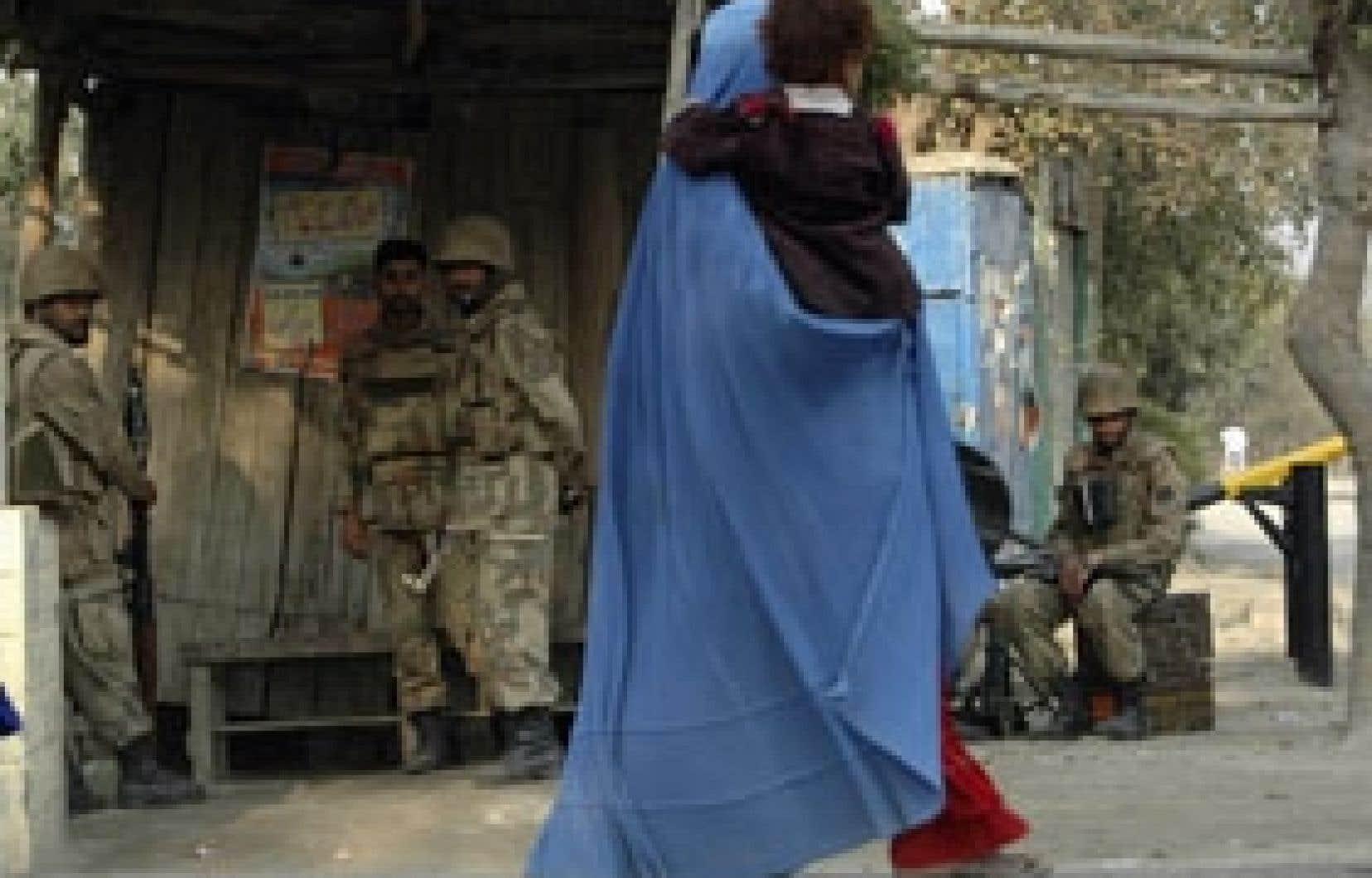 Cette résidante de Peshawar a croisé hier des soldats de la force internationale.