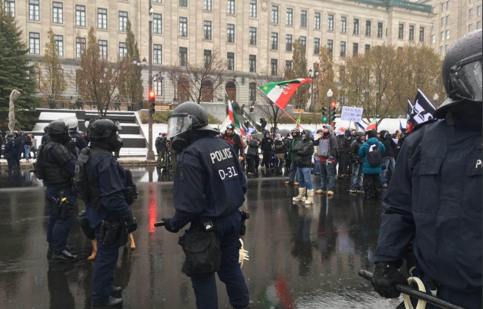 Devant la police de Québec, des manifestants ayant répondu à l'appel de groupes identitaires arboraient des drapeaux du Québec et des patriotes. Certains s'étaient vêtus d'habits de camouflage de type militaire.