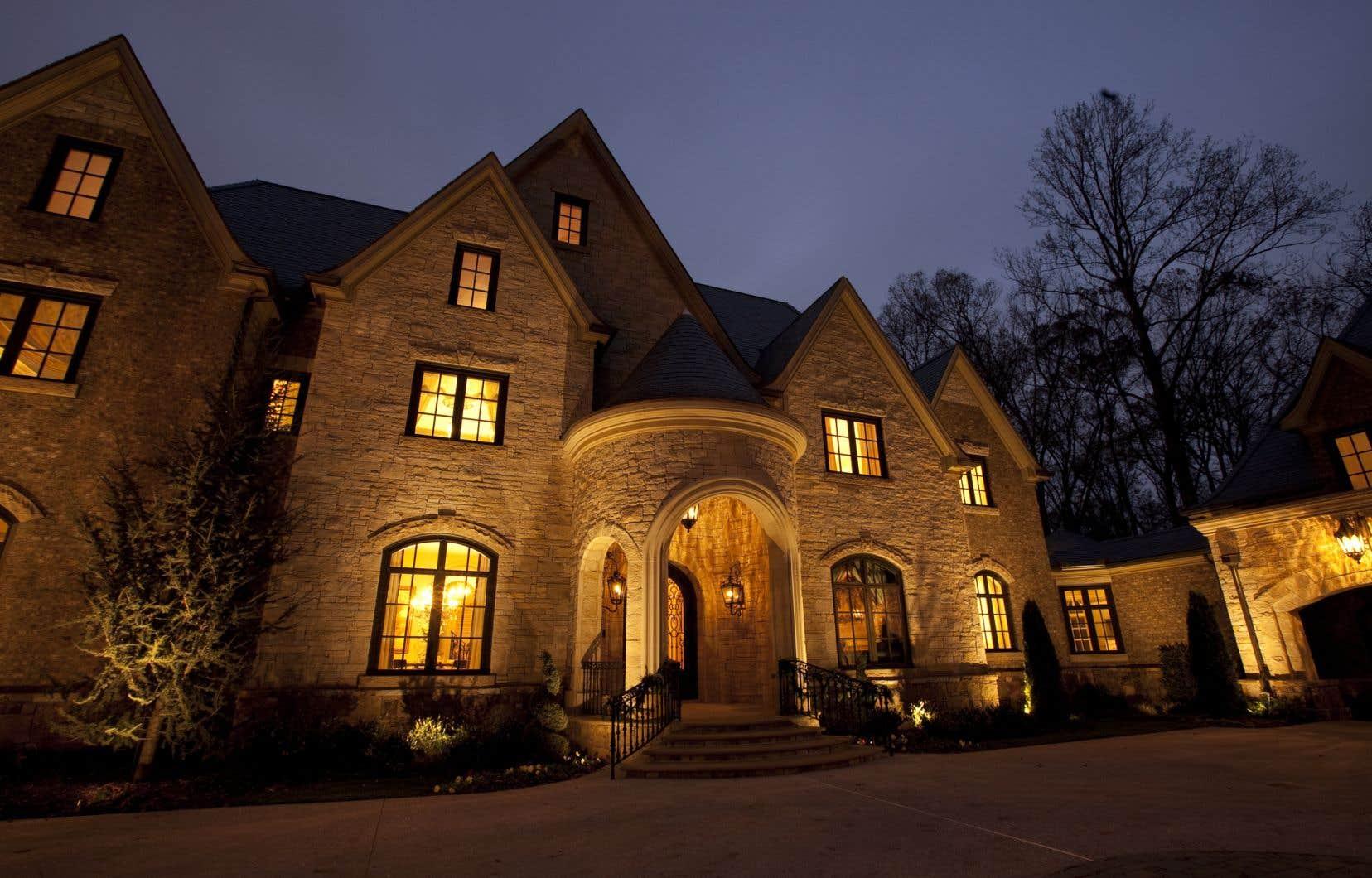 Une maison évaluée à trois millions de dollars détenue par une personne ayant déclaré des revenus annuels de 50000$ allumera un voyant rouge, explique-t-on en coulisses.