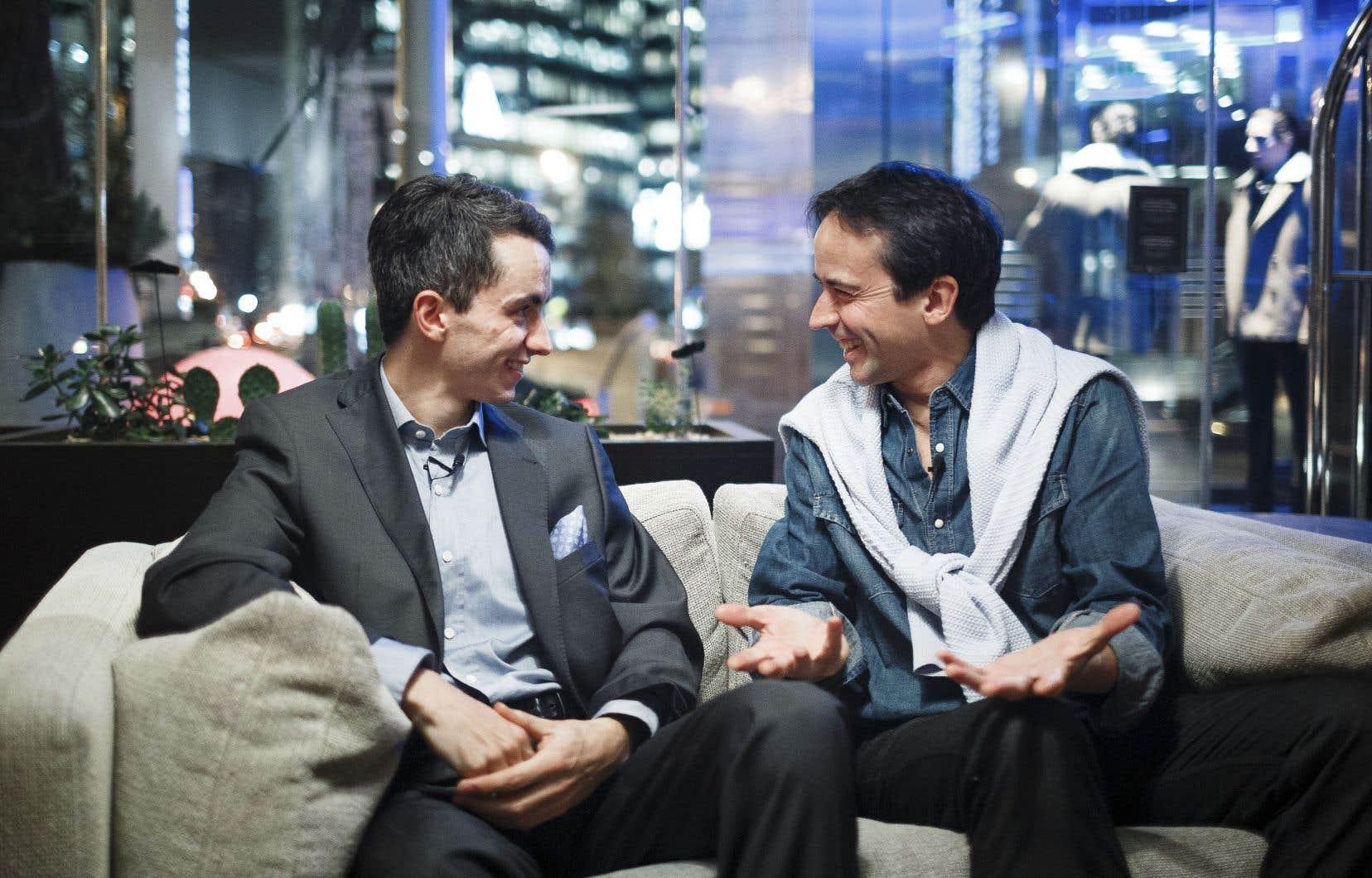 Stéphane Tétreault et Jean-Guihen Queyras s'amusent de leurs anecdotes de voyages avec leur précieux mais encombrant instrument.