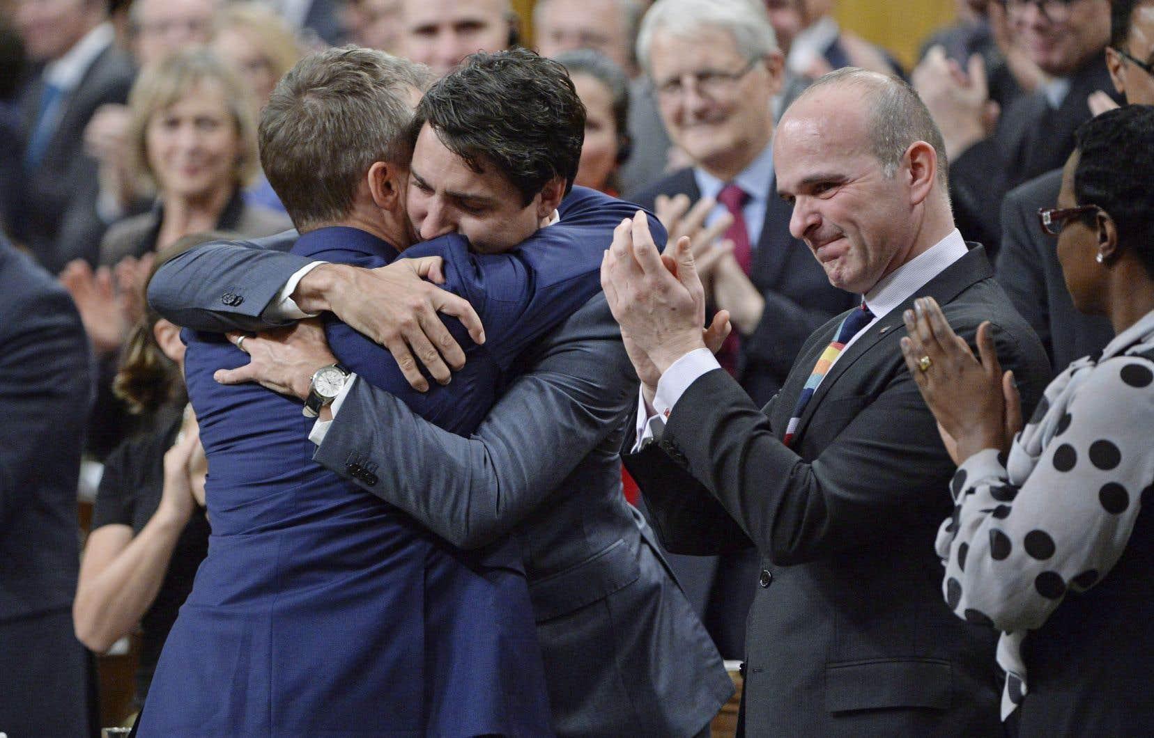 Le ministre des Anciens combattants, Seamus O'Regan, est allé faire l'accolade au premier ministre Justin Trudeau après son discours.