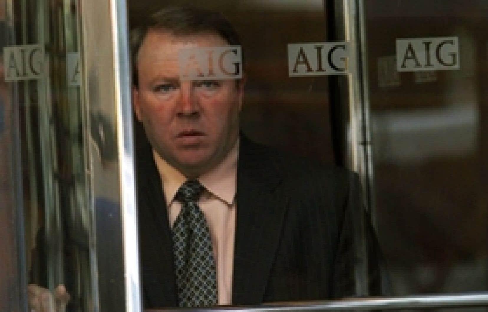 Un homme sort du siège social new-yorkais de l'assureur AIG. Une faillite d'AIG aurait des répercussions en cascade sur l'ensemble de la finance mondiale.