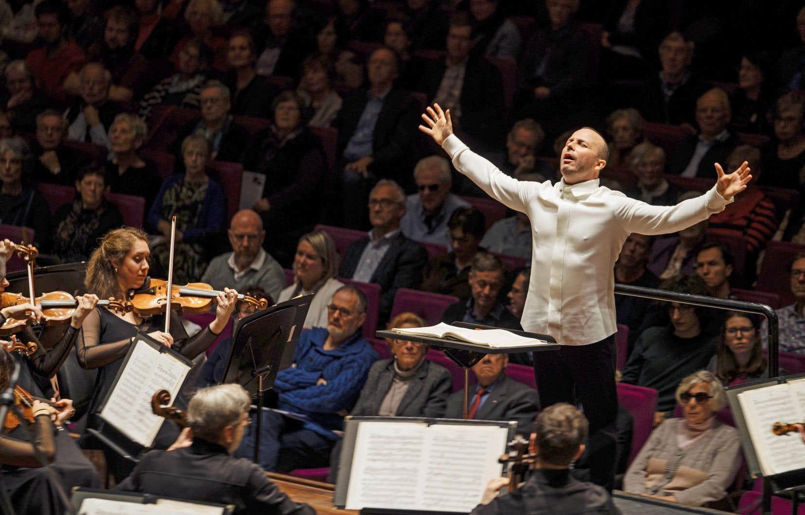 En thaumaturge, l'homme impose ses mains sur des ondes invisibles qui le relient à ce corps sonore qu'est l'Orchestre Métropolitain, sa famille.