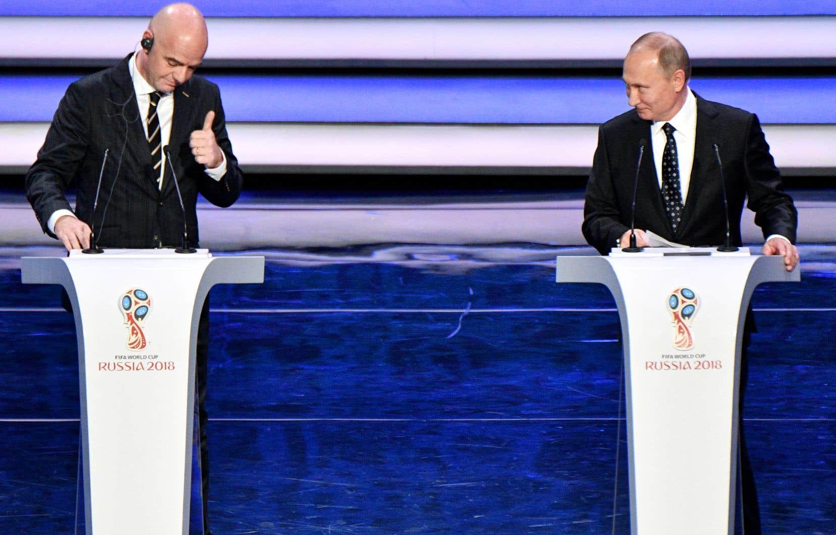<p>Vladimir Poutine et le patron de la FIFA,Gianni Infantino, lors dela cérémonie organisée dans une salle de concert du Kremlin.</p>