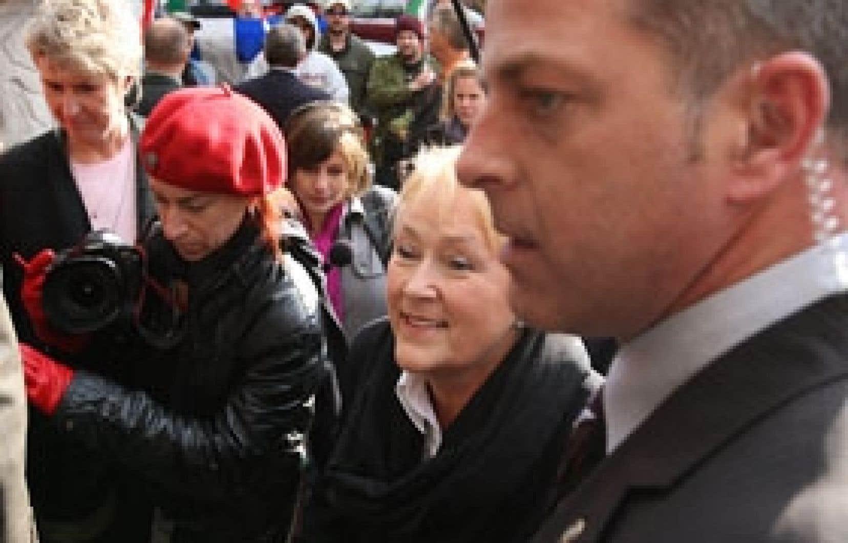 La chef du Parti québécois, Pauline Marois, a pu passer sans encombre hier la «ligne» de manifestants souverainistes favorables à Jean-Claude St-André, victime selon eux d'une injustice pour avoir exprimé sa dissidence au sein du PQ.