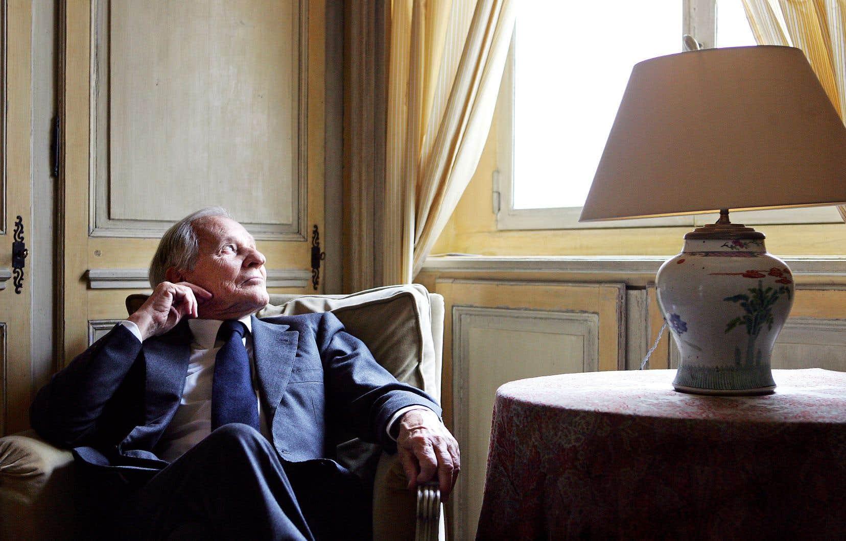 L'écrivain français de renommée internationale, photographié dans le bureau de sa résidence à Paris en février 2006