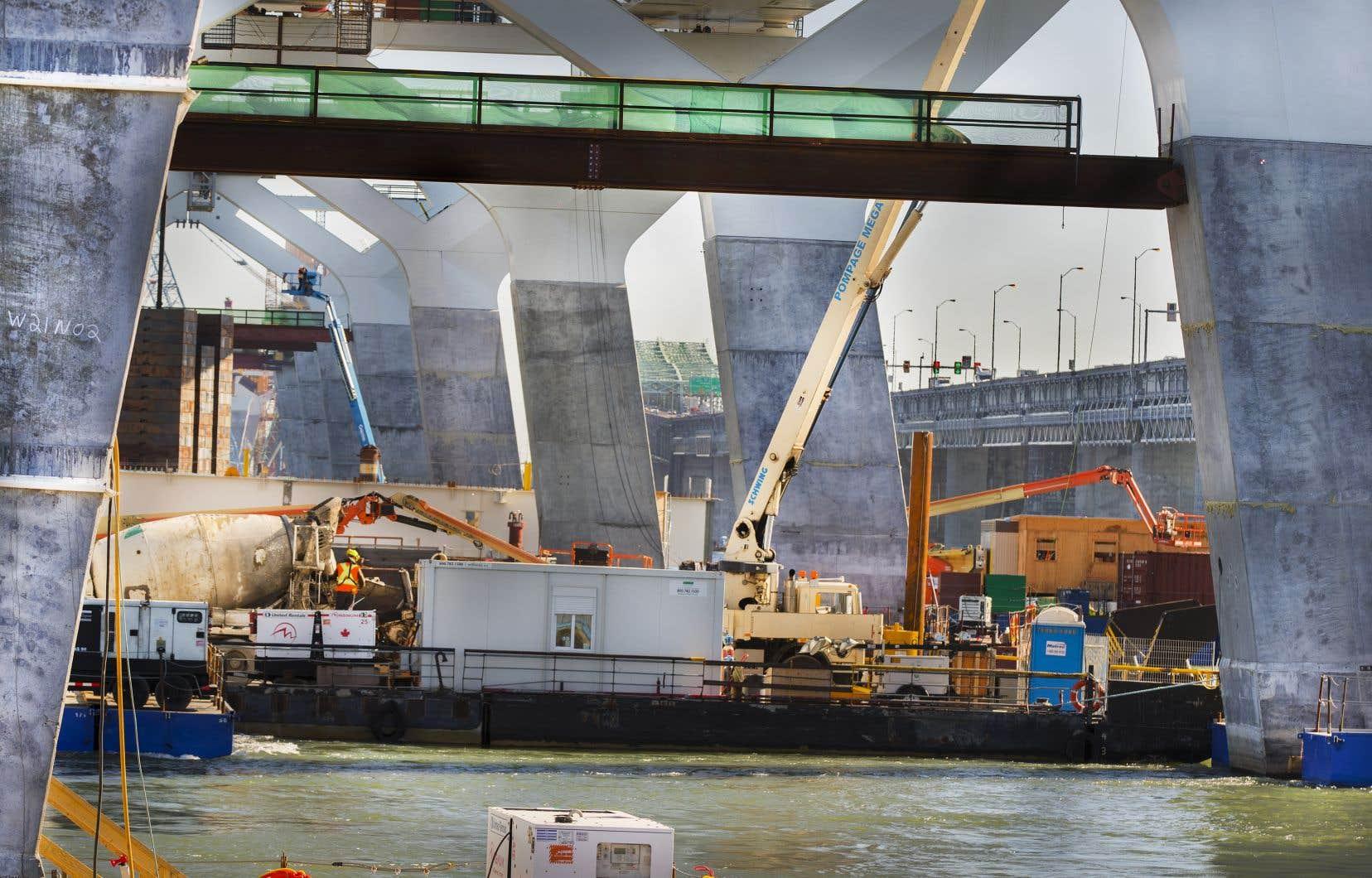 Les travaux du nouveau pont Champlain qui relie le centre-ville de Montréal à sa rive sud ont commencé en mai 2015 et doivent normalement prendre fin en décembre 2018.