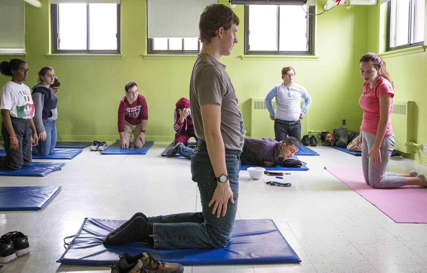 Dans les cours de yoga, on apprend aux jeunes adultes à respirer, mais également à prendre soin de leur corps en incorporant des notions d'hygiène et de nutrition.