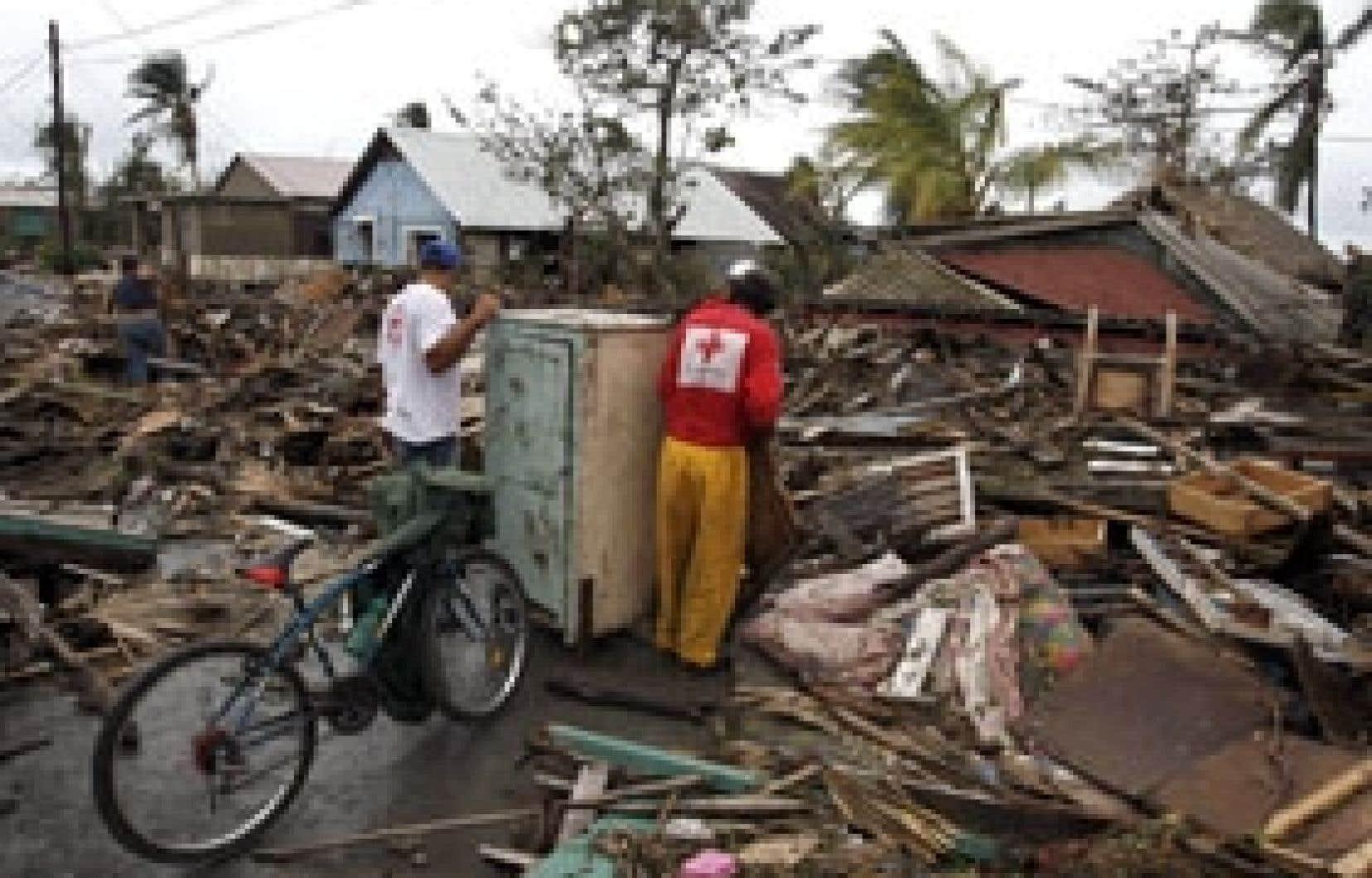 Des habitants de Camaguey fouillent les décombres de leurs maisons après le passage, samedi, de l'ouragan Paloma.