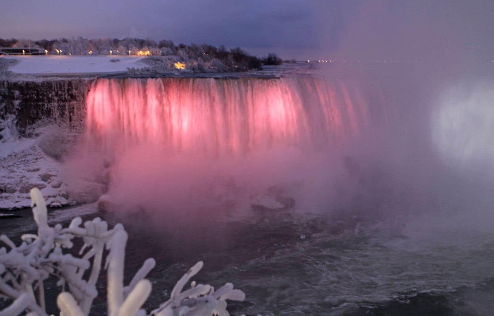 Jour et nuit, la majestueuse Niagara fait un saut de 50 mètres, frappe des rochers et remonte au ciel en millions de gouttes vaporeuses qui se greffent aux œuvres de glace existantes.