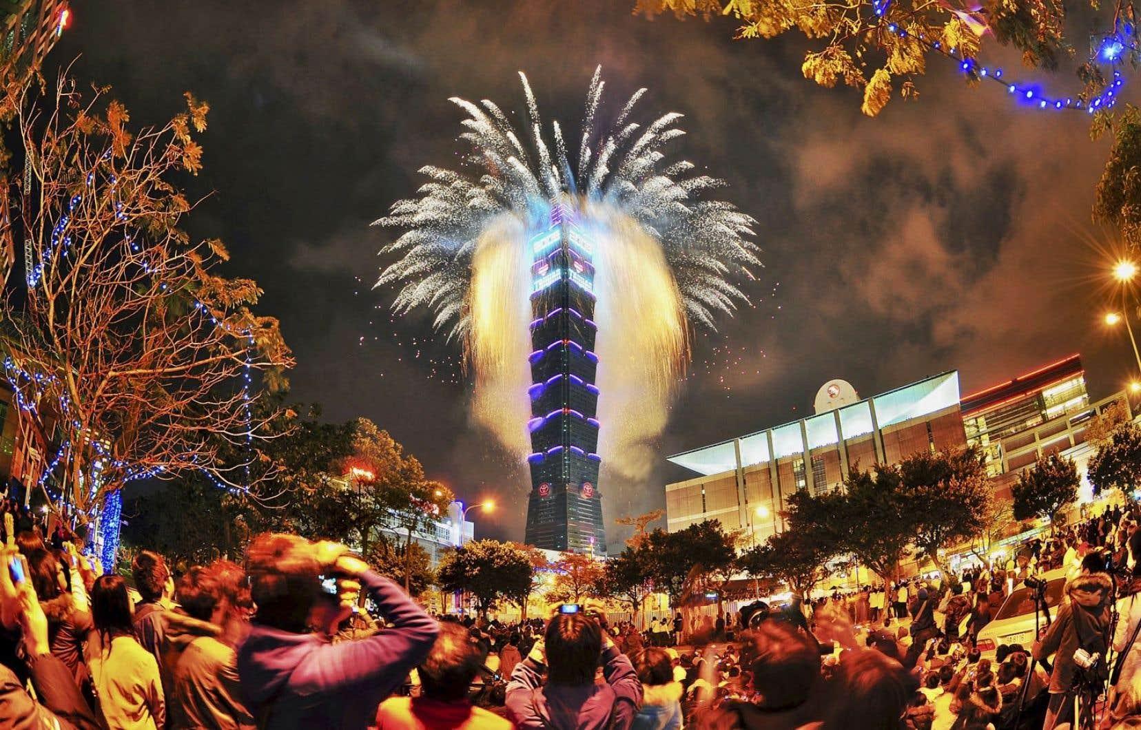 Le gratte-ciel iconique Taipei 101 accueille le Nouvel An avec un spectacle pyrotechnique.