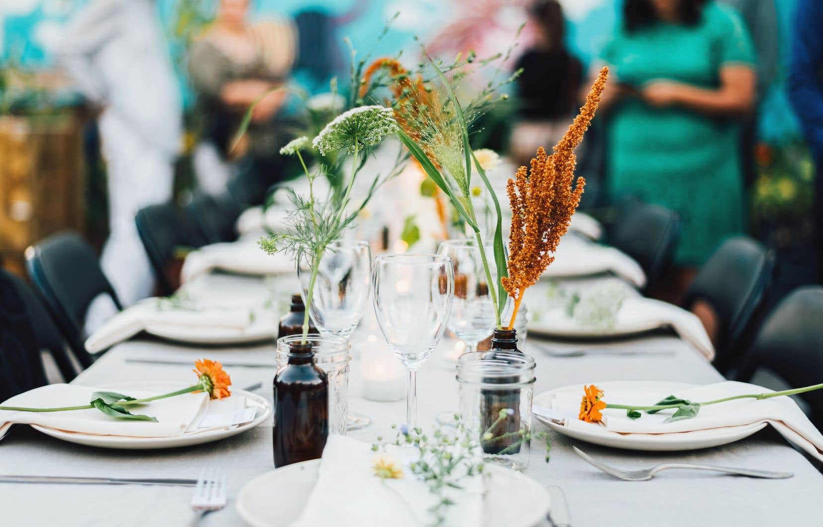 Les événements Saisons sont une série de repas saisonniers dans un endroit et avec un chef québécois chaque fois différents, où l'art de la table est soigné.