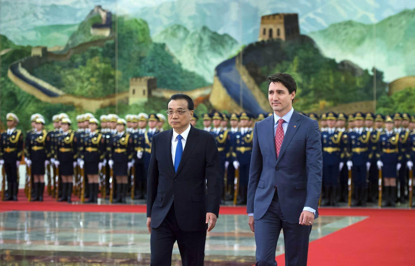 Justin Trudeau avec le premier ministre chinois, Li Keqiang, lundi à Beijing