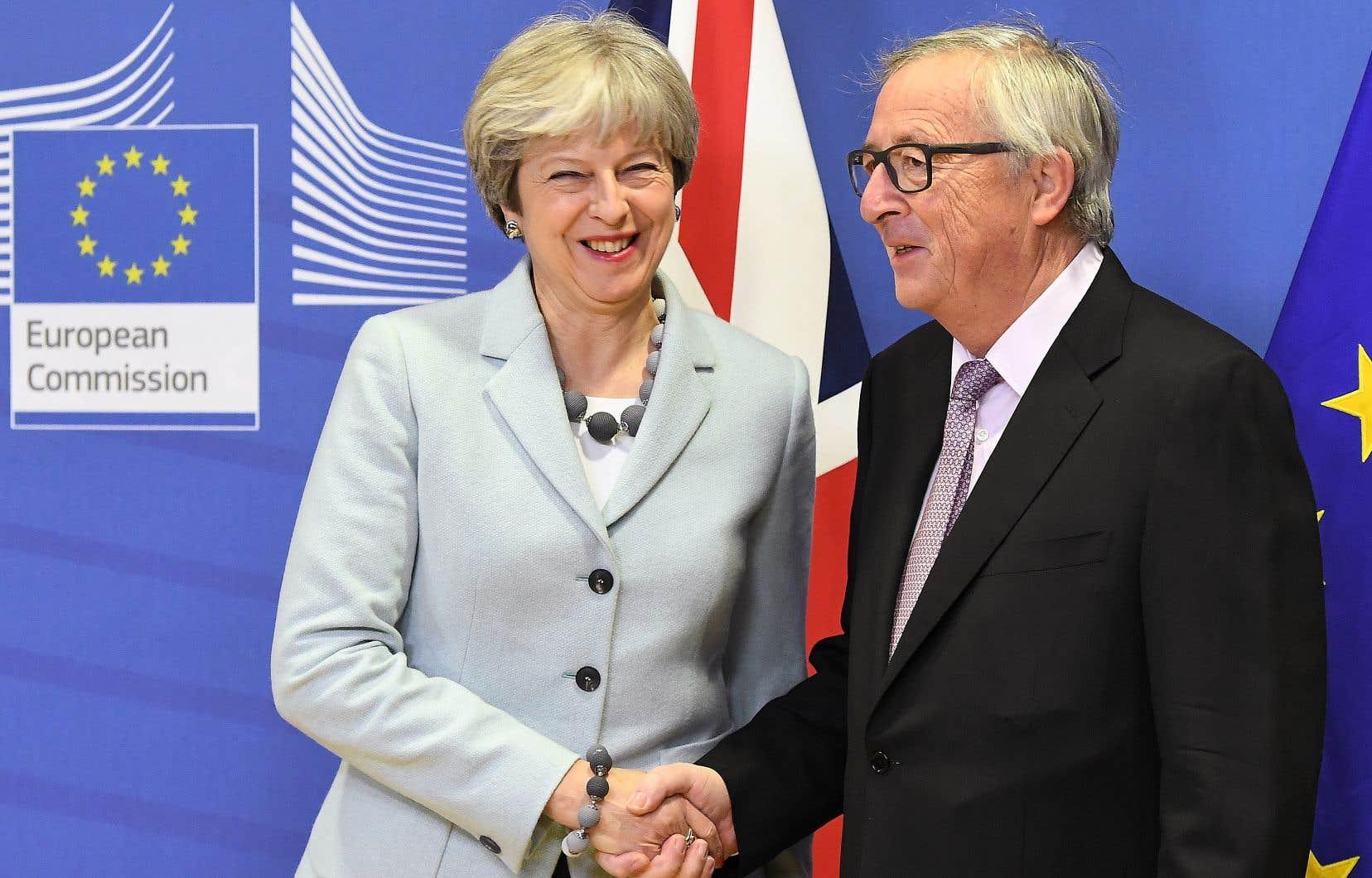 Vendredi, Theresa May, ici avec le président de la Commision européenne, Jean-Claude Juncker, s'est résolue à accepter que son pays assume une facture estimée entre 40 et 45milliards d'euros.
