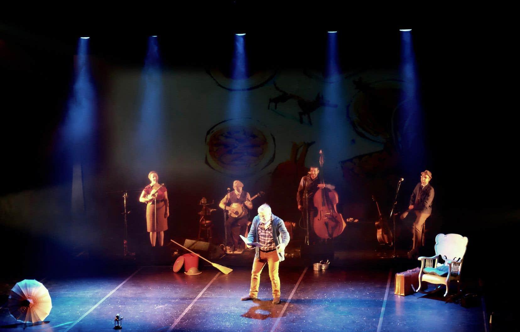 «Le loup de Noël» reprend vie sur scène avec le comédien Stéphan Côté à la narration accompagné du groupe de musique traditionnelle Bon Débarras.