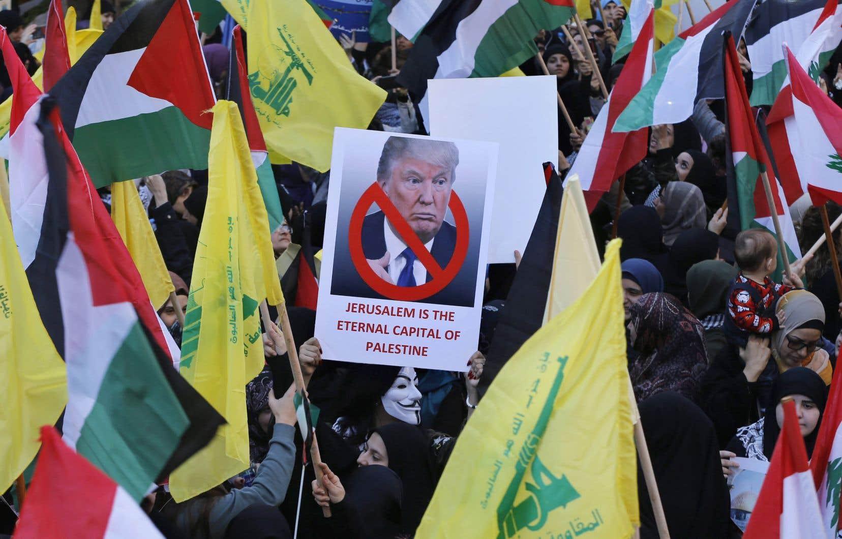 À Beyrouth, plusieurs milliers de partisans du Hezbollah ont défilé dans le sud de la capitale libanaise, bastion du puissant mouvement chiite, allié de l'Iran et ennemi d'Israël et qui se veut l'un des champions de la cause palestinienne.