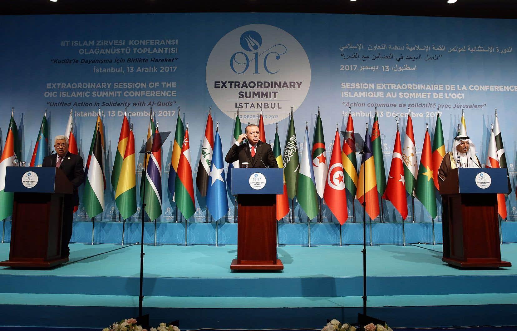 Le président palestinien, Mahmoud Abbas, le président turc, Recep Tayyip Erdogan, et le secrétaire général de l'Organisation de la coopération Islamique, Yousef Al-Othaimeen