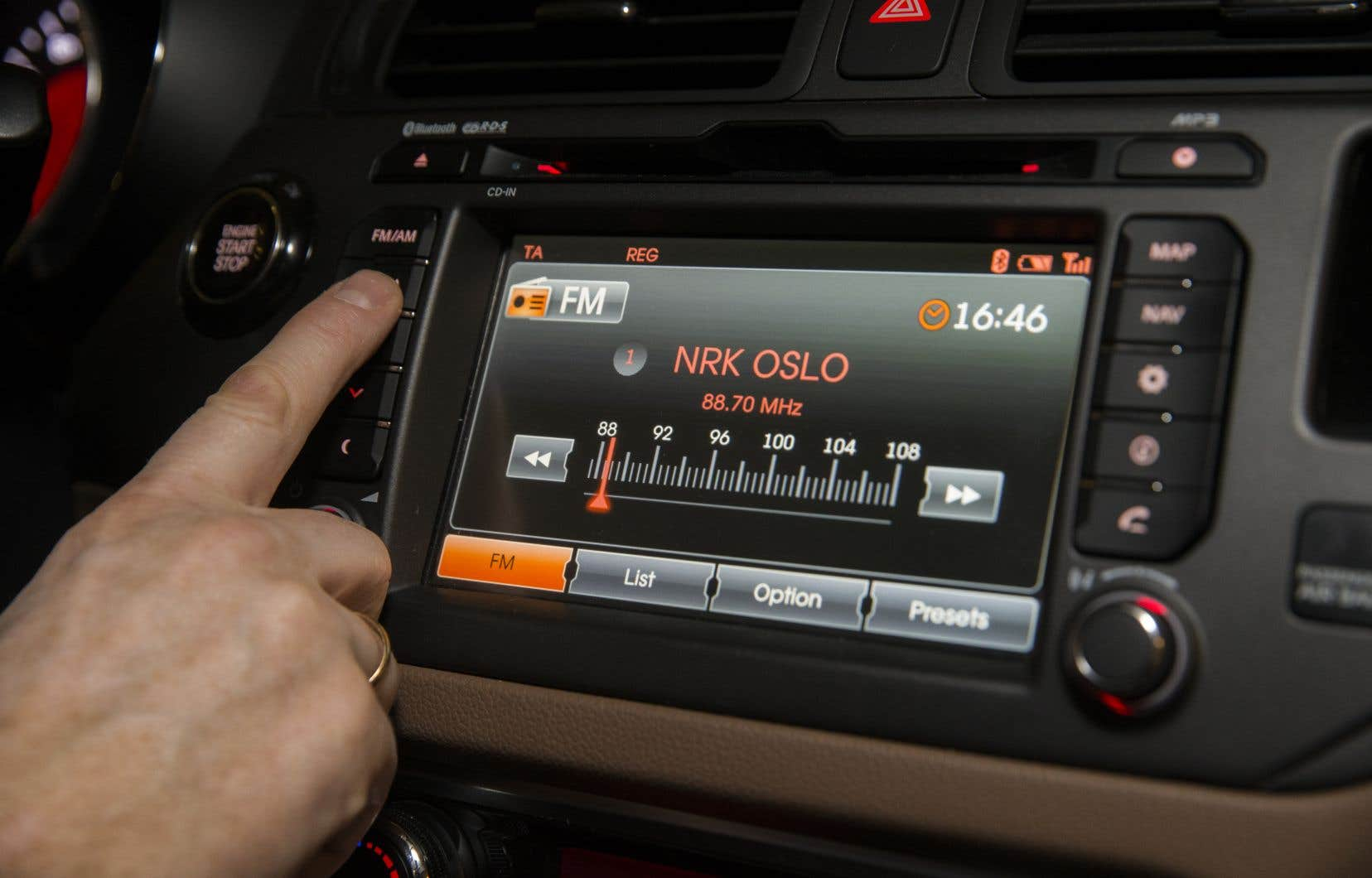 Le passage au numérique, qui avait commencé le 11 janvier, permet selon ses promoteurs d'améliorer la qualité du son, d'accroître le nombre de chaînes et d'enrichir les fonctionnalités à un coût de diffusion huit fois moins élevé.