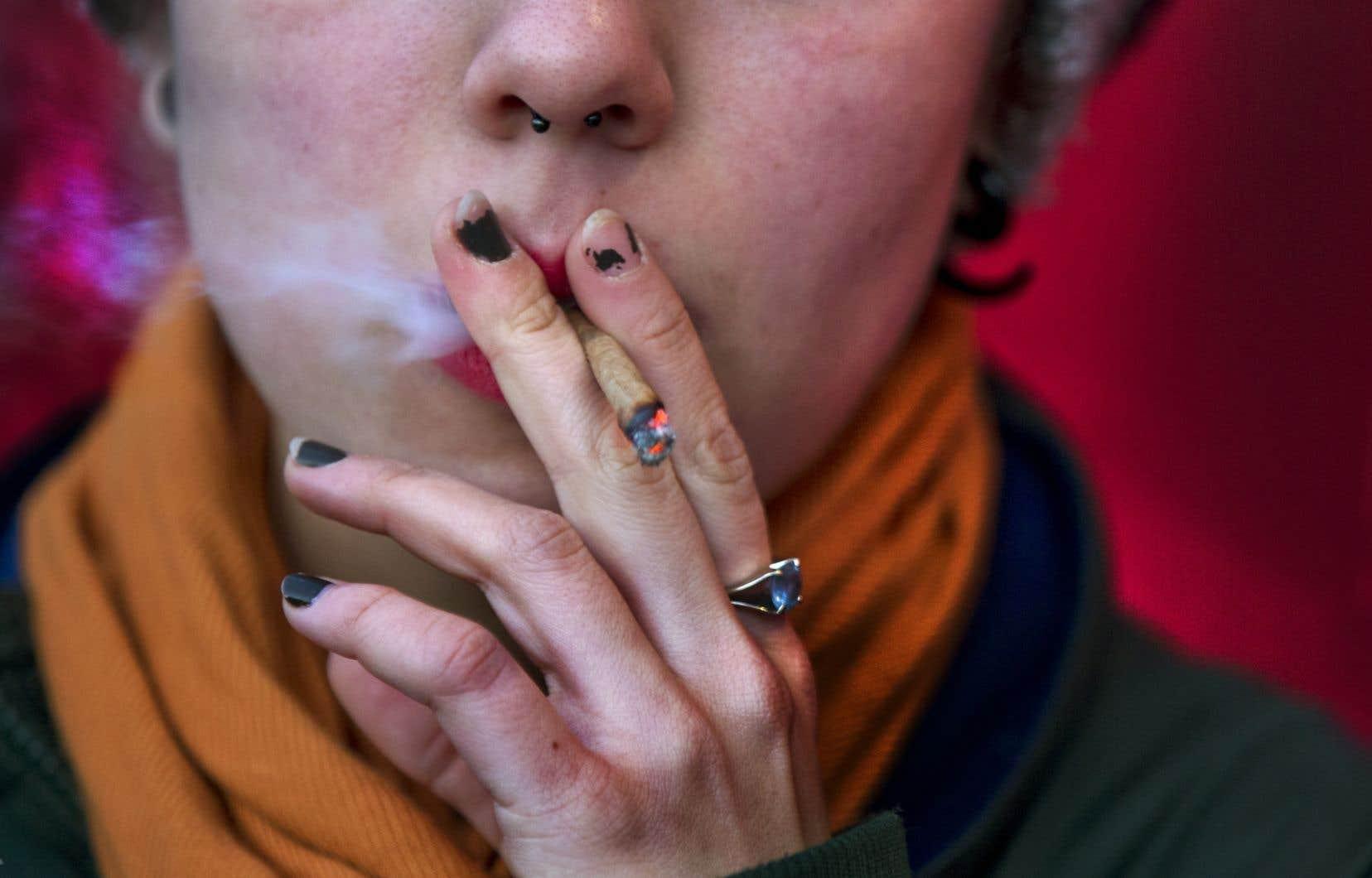 <p>Plusieurs patients utilisent la marijuana pour remplacer des médicaments, comme les produits opiacés.</p>