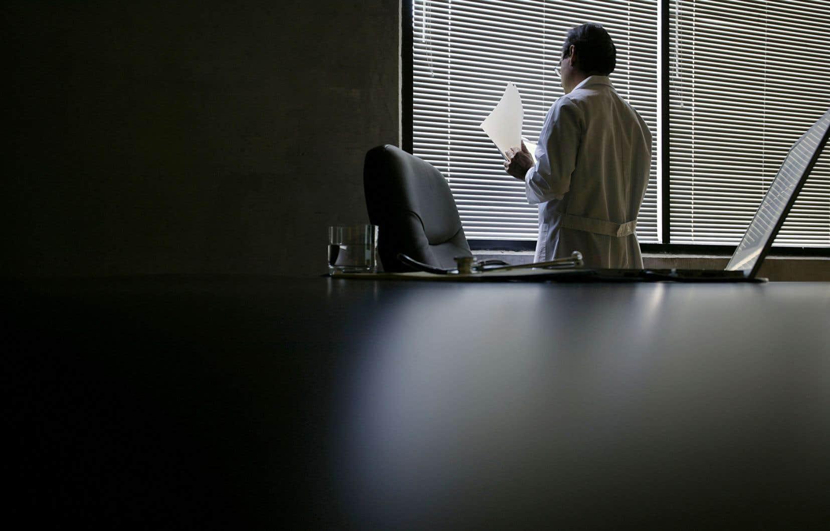 Les médecins interrogés sont majoritairement pour l'aide médicale à mourir. Et pourtant, ils sont peu nombreux à prodiguer le soin.