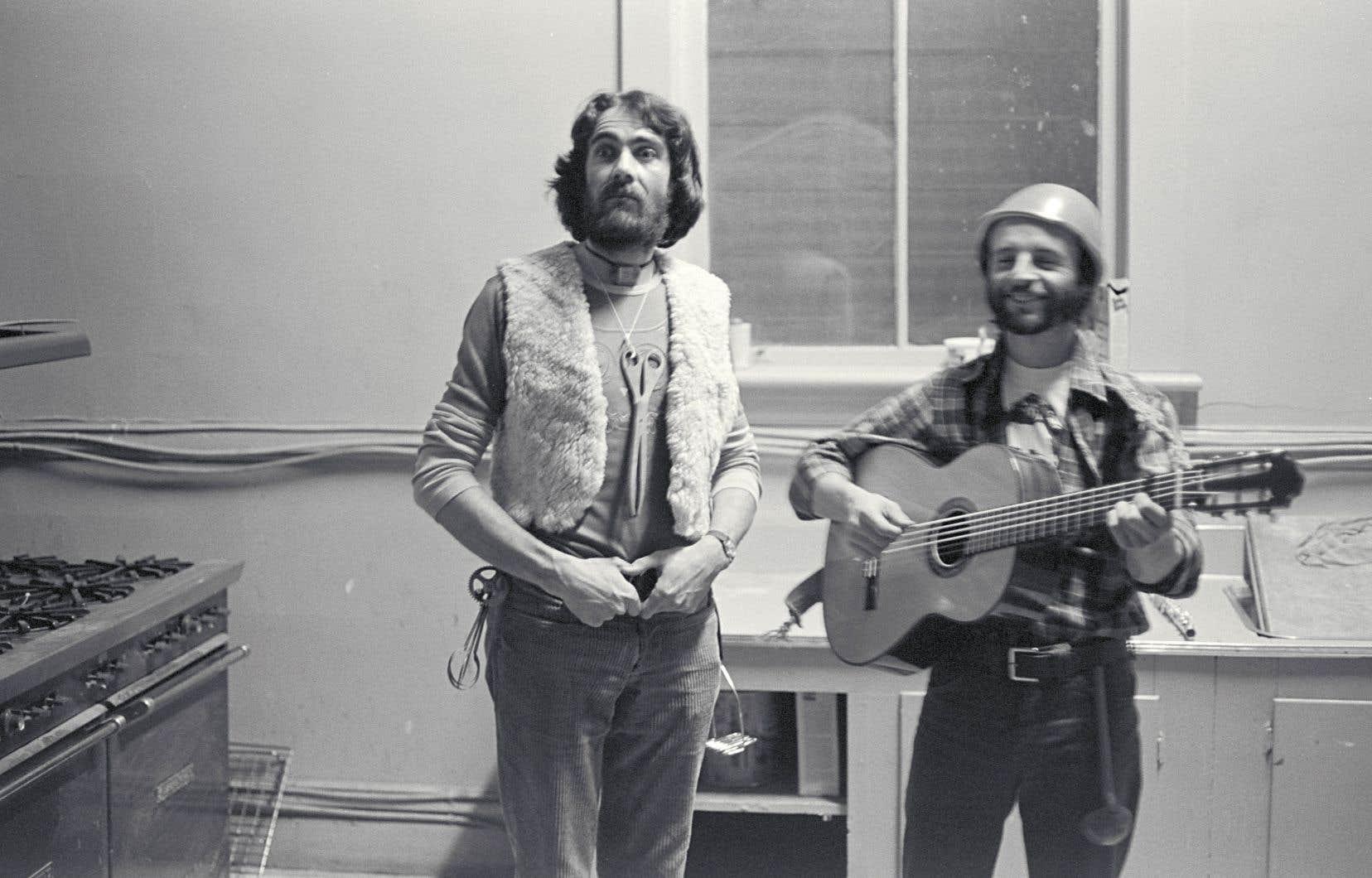 Robert Dickson dans la cuisine de la poésie en 1975, accompagné du guitariste Pierre Germain