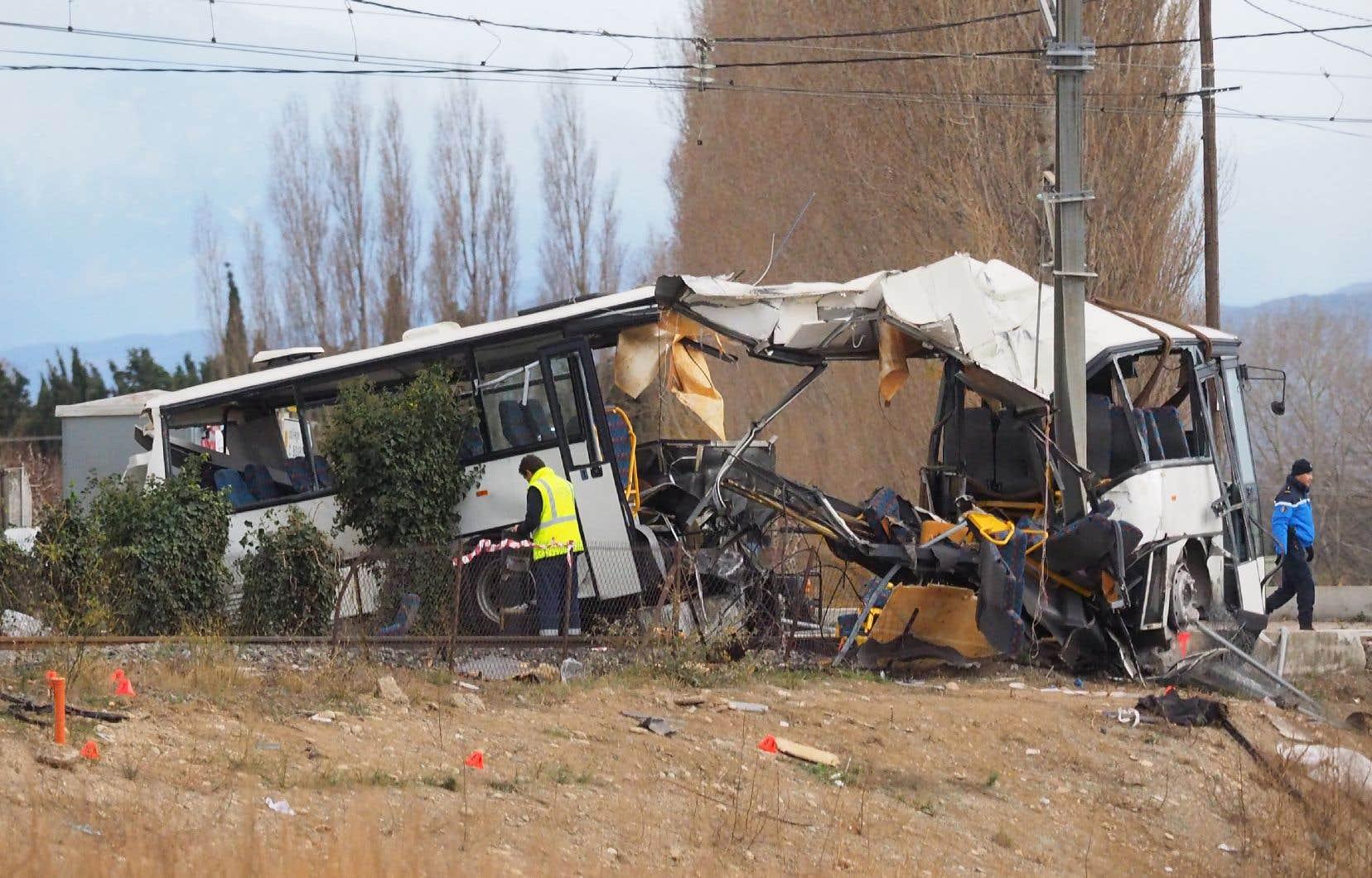 <p>L'autobus scolaire, qui transportait une vingtaine d'adolescents, a été percuté à un passage à niveau et a littéralement coupé en deux.</p>