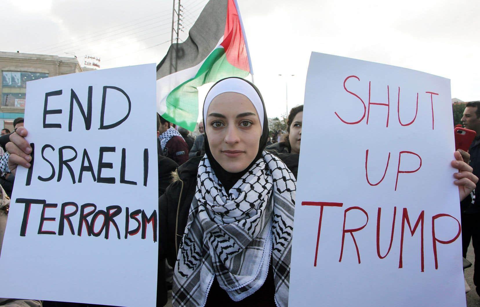 À Amman, en Jordanie, des manifestants se sont rassemblés devant l'ambassade américaine, vendredi.