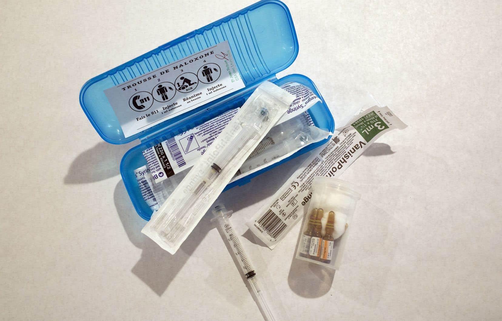 Une trousse préparée par la Clinique Santé Amitié contenant des seringues aux aiguilles rétractables et des fioles de naloxone pouvant sauver des vies lors de surdoses.