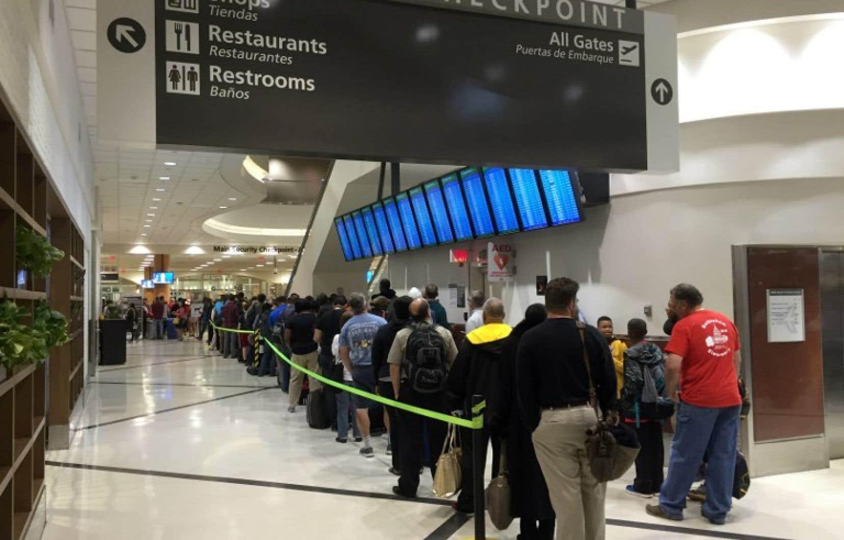 Le mécontentement grondait aussi parmi ceux qui attendaient dans l'aéroport depuis dimanche après-midi.