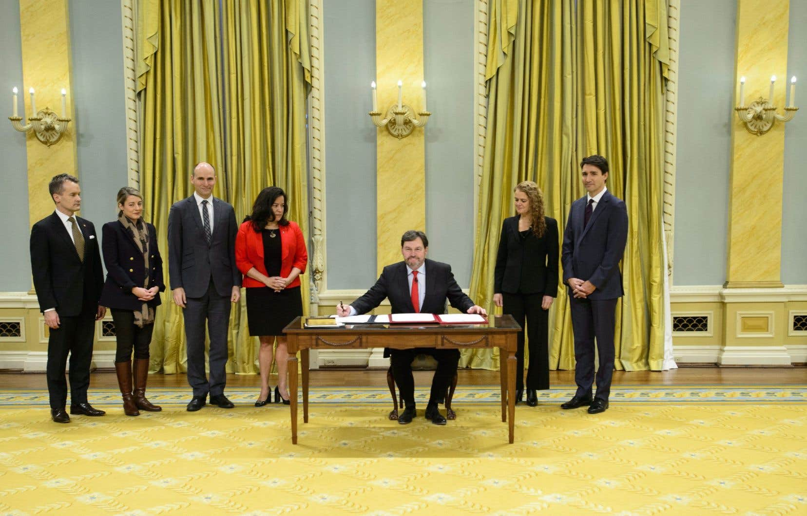 La cérémonie, qui a duré moins de 10 minutes, a réuni certains de ses confrères de la Cour suprême, dont la juge à qui il succède, Beverley McLachlin.