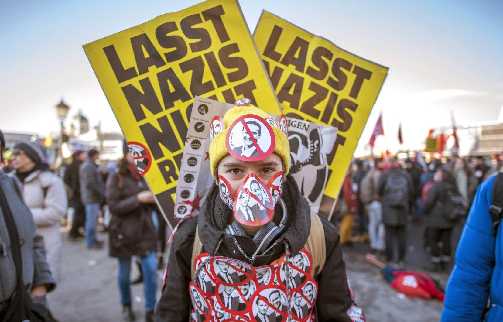 Plus de 5000 manifestants ont bruyamment exprimé leur hostilité, rassemblés derrière des banderoles proclamant «les nazis dehors» ou «mort au fascisme».