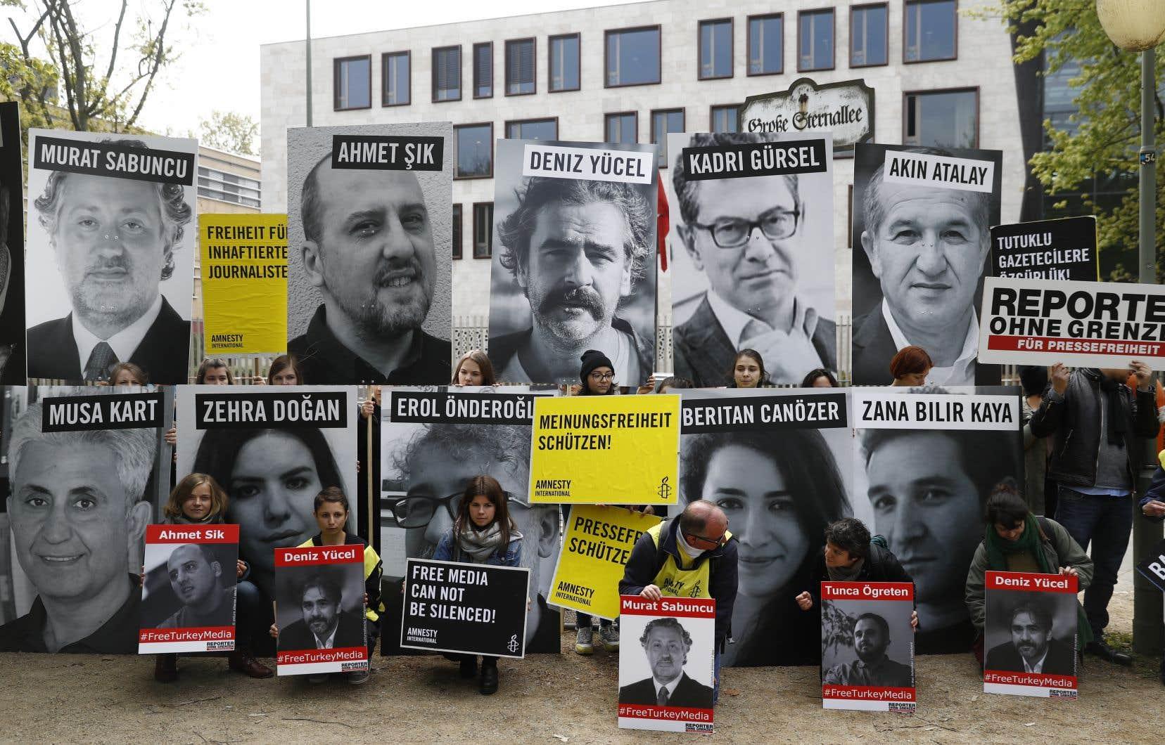 Des membres d'Amnesty International et de Reporters sans frontières ont installé des portraits de journalistes détenus en Turquie, devant l'ambassade turque de Berlin, le 3 mai 2017, à l'occasion de la journée mondiale de la liberté de la presse.