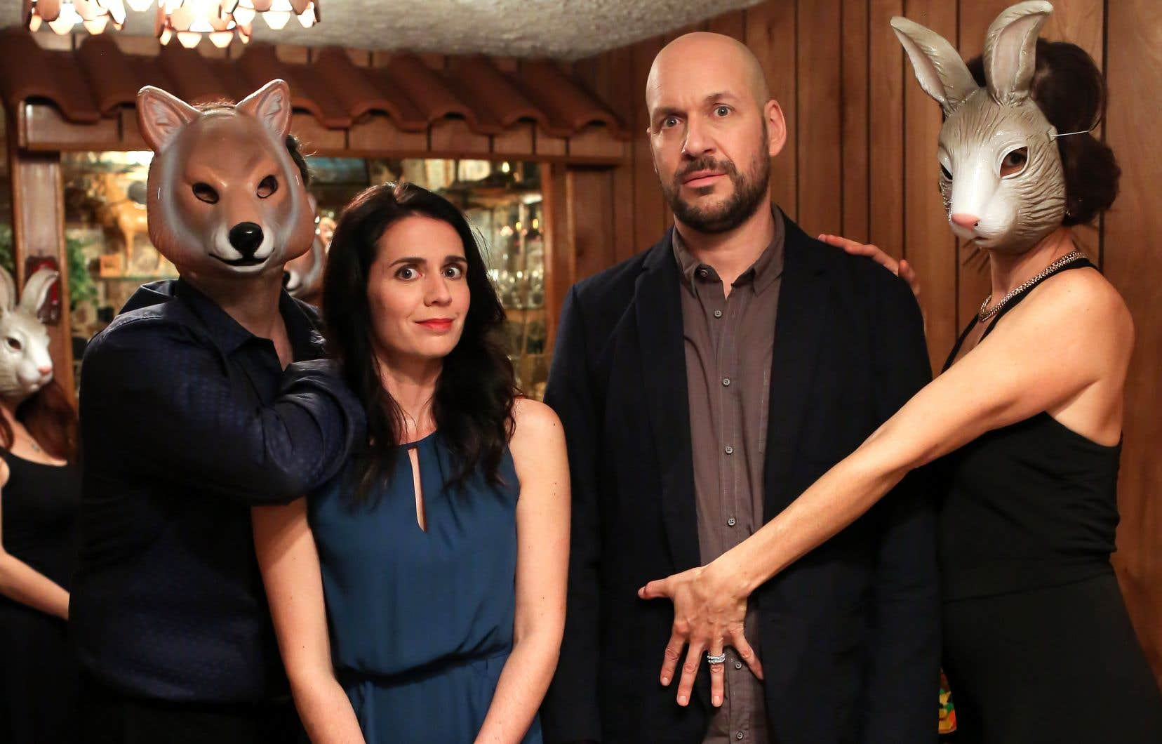 Estelle (Mélissa Désormeaux-Poulin) décide de mettre un peu de piquant dans sa vie en organisant «un trip à trois» avec son «chum» Simon (Martin Matte).
