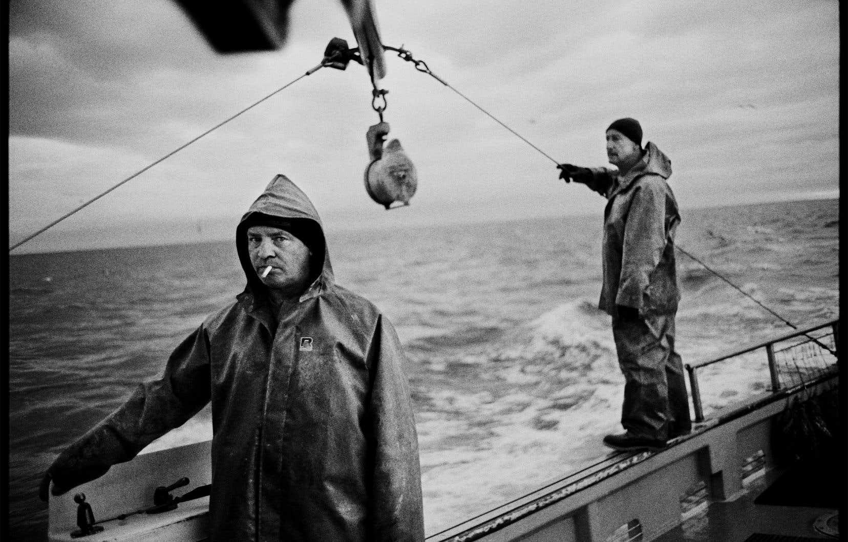 Charles-Frédérick Ouellet a d'abord tourné son objectif vers les pêcheurs avant de regarder au-delà, vers l'environnement qui les entoure.