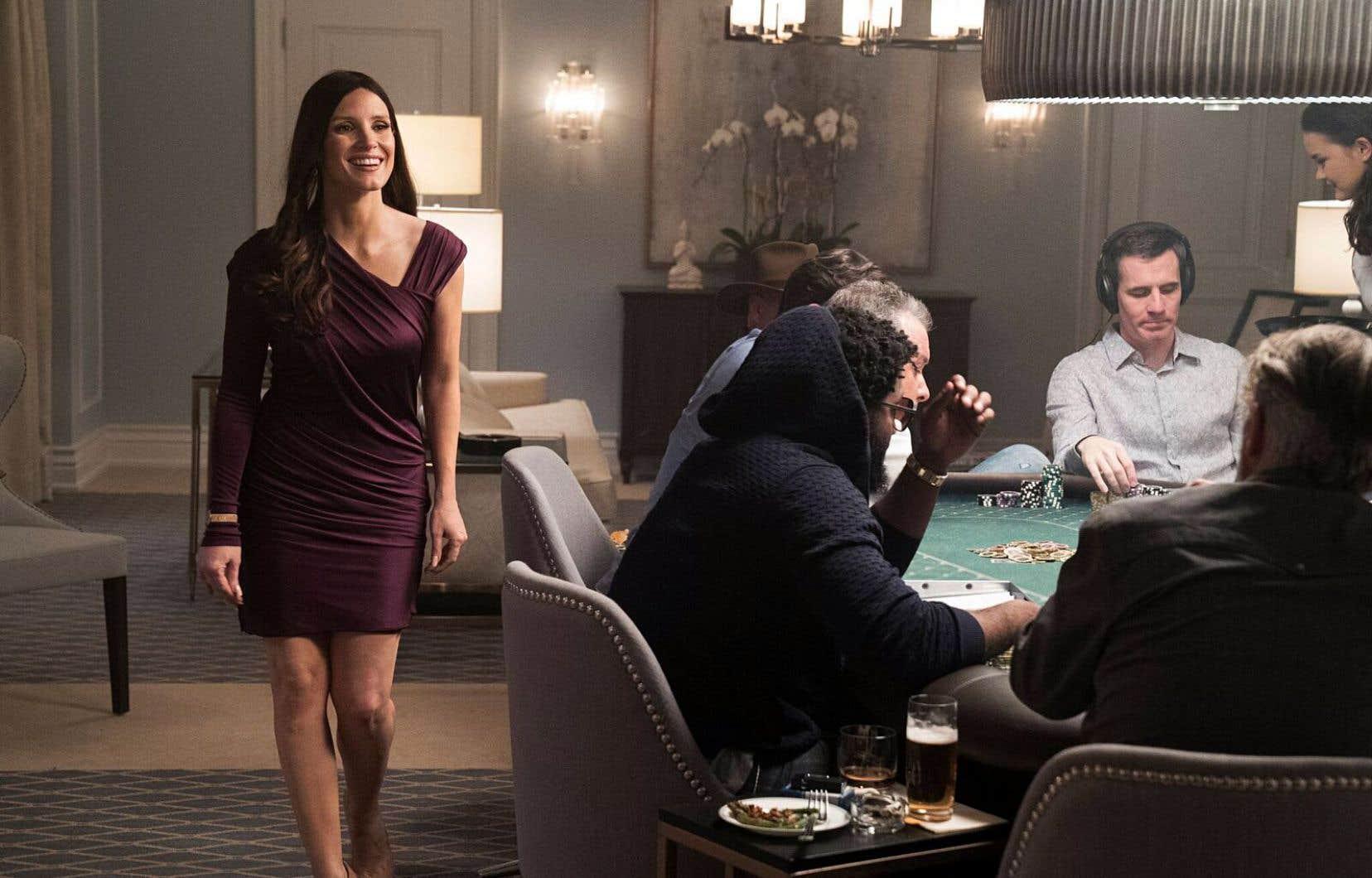Ancienne skieuse professionnelle, Molly Bloom (Jessica Chastain, qui rehausse l'ensemble de plusieurs crans) mit sur pied le salon de poker le plus exclusif au monde.