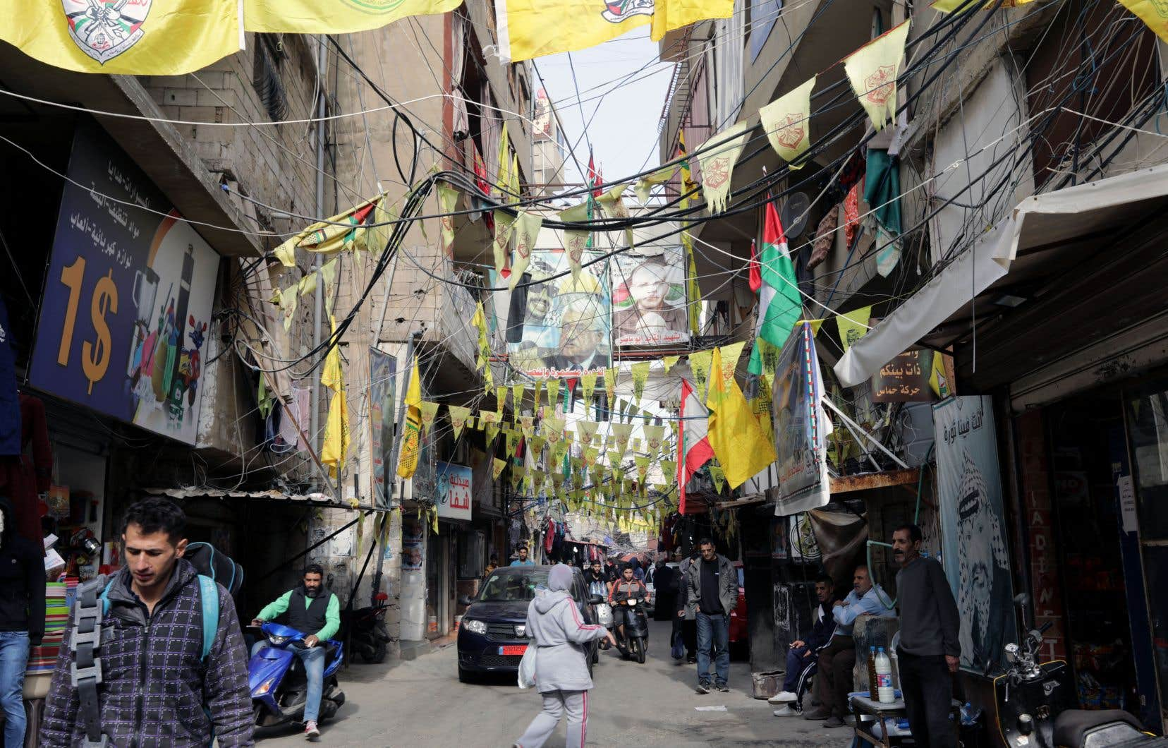 Des images de leaders palestiniens et des drapeaux du Fatah sont affichés sur une rue du camp Burdj Al Barajina, au sud de Beyrouth.