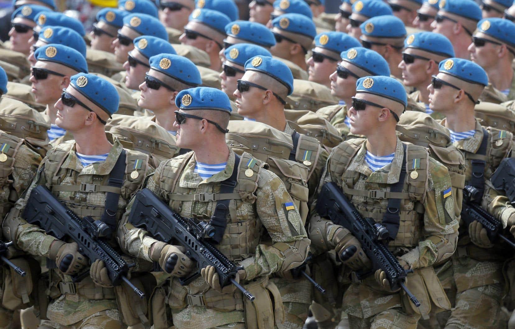 Des militaires ukrainiens déambulaient dans les rues de Kiev en août dernier à l'occasion d'une parade.