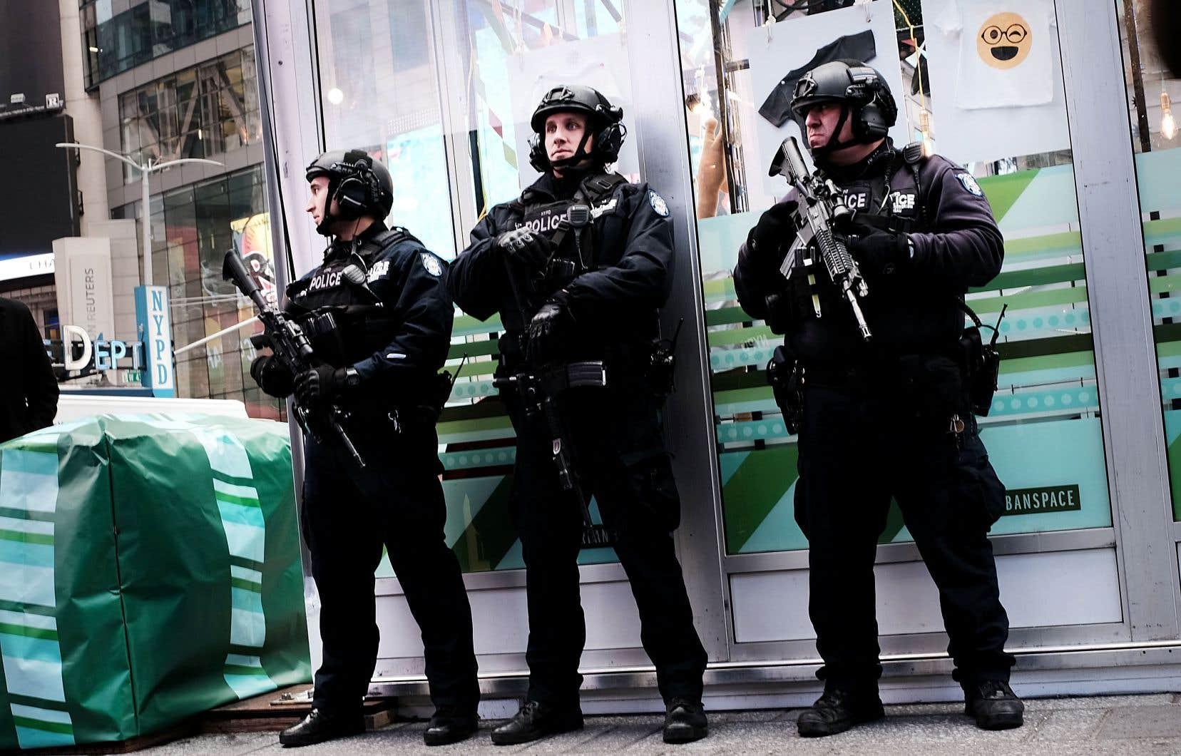 À la suite d'attentats terroristes, les gouvernements renforcent leur sécurité nationale en augmentant la présence des forces armées.