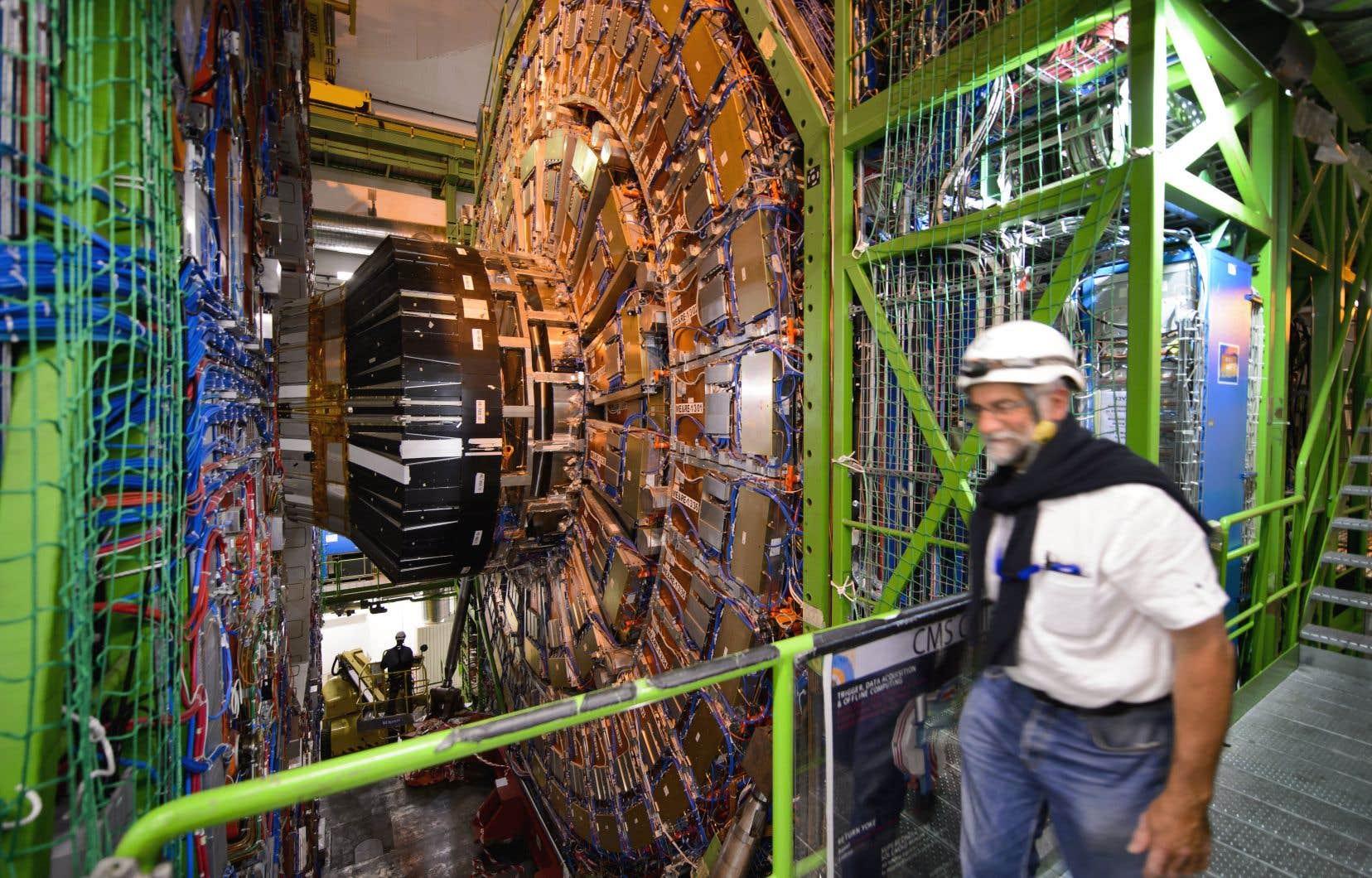 Un employé du CERN passe devant le Grand collisionneur de hadrons (LHC), à Meyrin, en Suisse.
