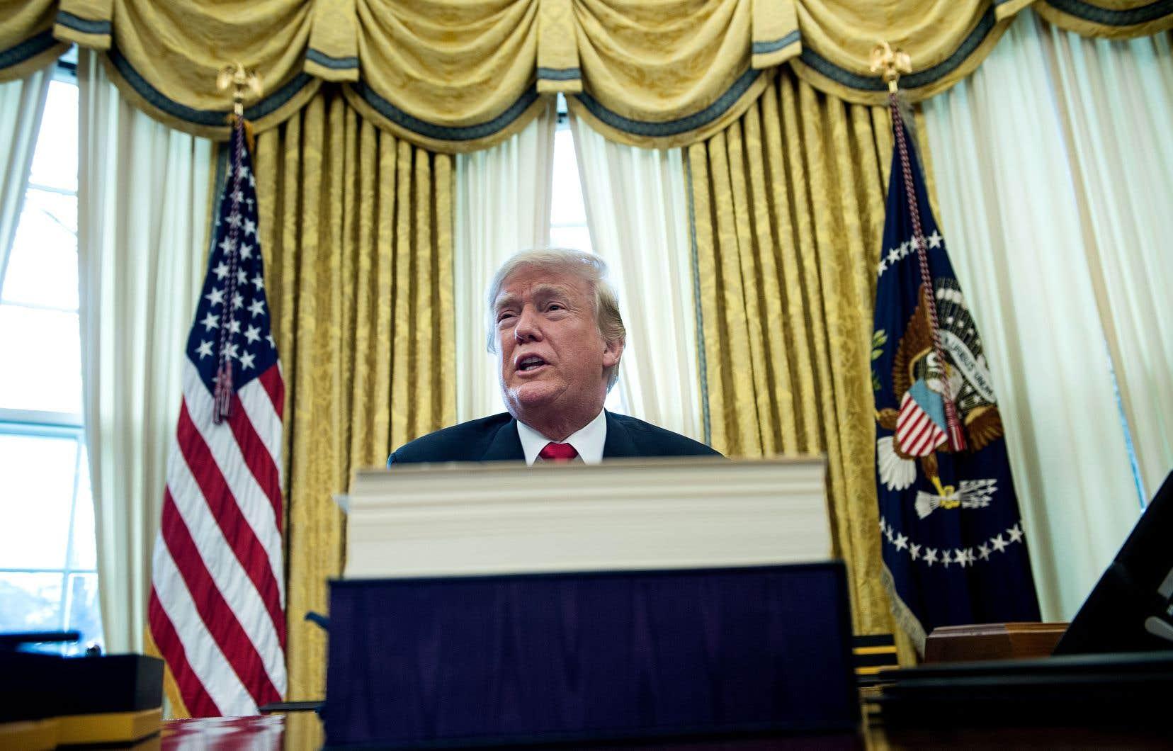 La très forte majorité des élus républicains se garde de critiquer Donald Trump par crainte pour ses chances de réélection ou dans l'espoir qu'il réalise le programme traditionnel du Parti, croit l'auteur.