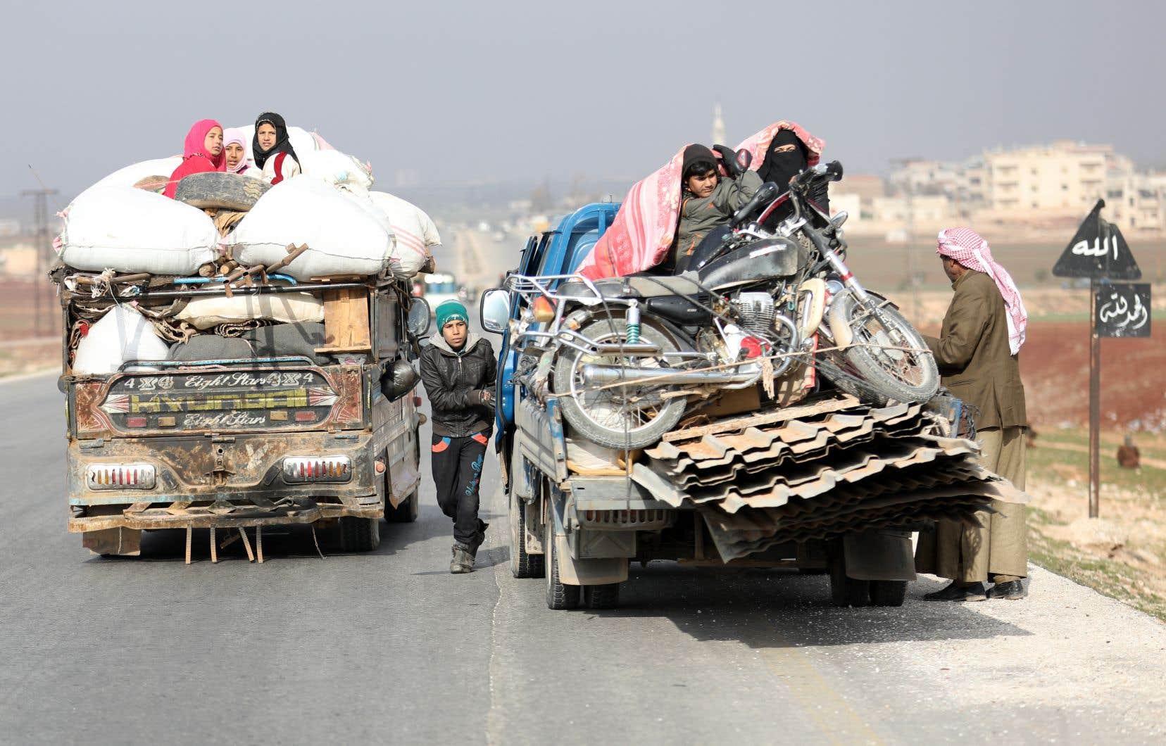 Des centaines de civils ont fuiles combatsemportant avec eux leurs maigres possessions juchées sur des camions ou des pick-up: matelas, couvertures, chaises en plastique et tapis.