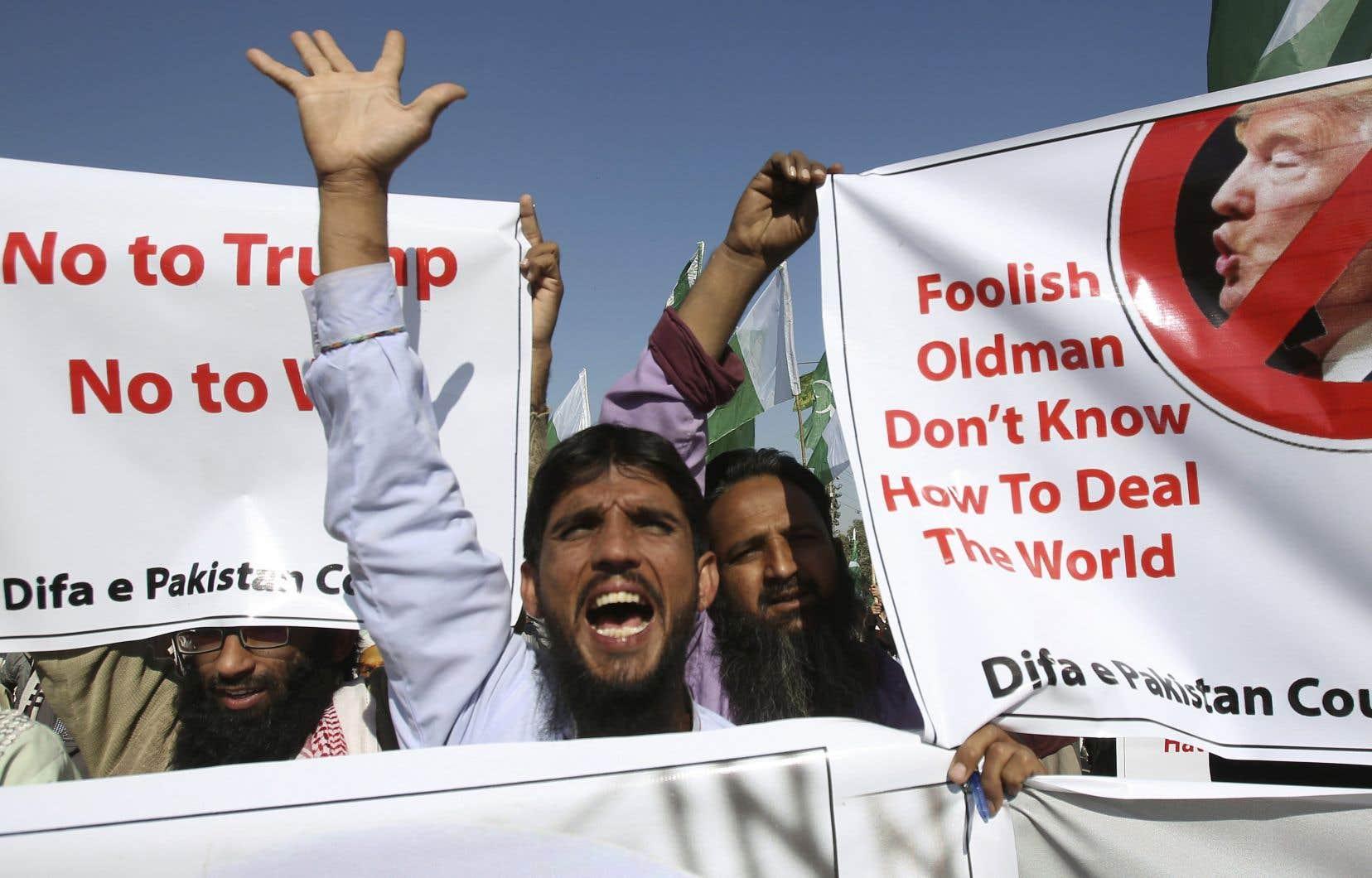 Des manifestants sont descendus dans les rues de Karachi, mardi, pour protester contre le tweet du président américain.