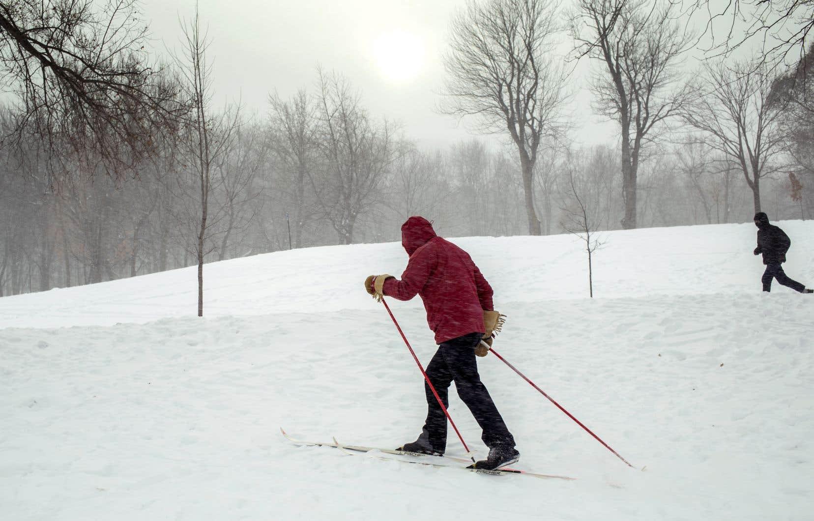 Les amateurs de sports d'hiver en ont profité pour se dégourdir les jambes, comme ce fondeur dans le parc Jeanne-Mance, au pied du mont Royal.