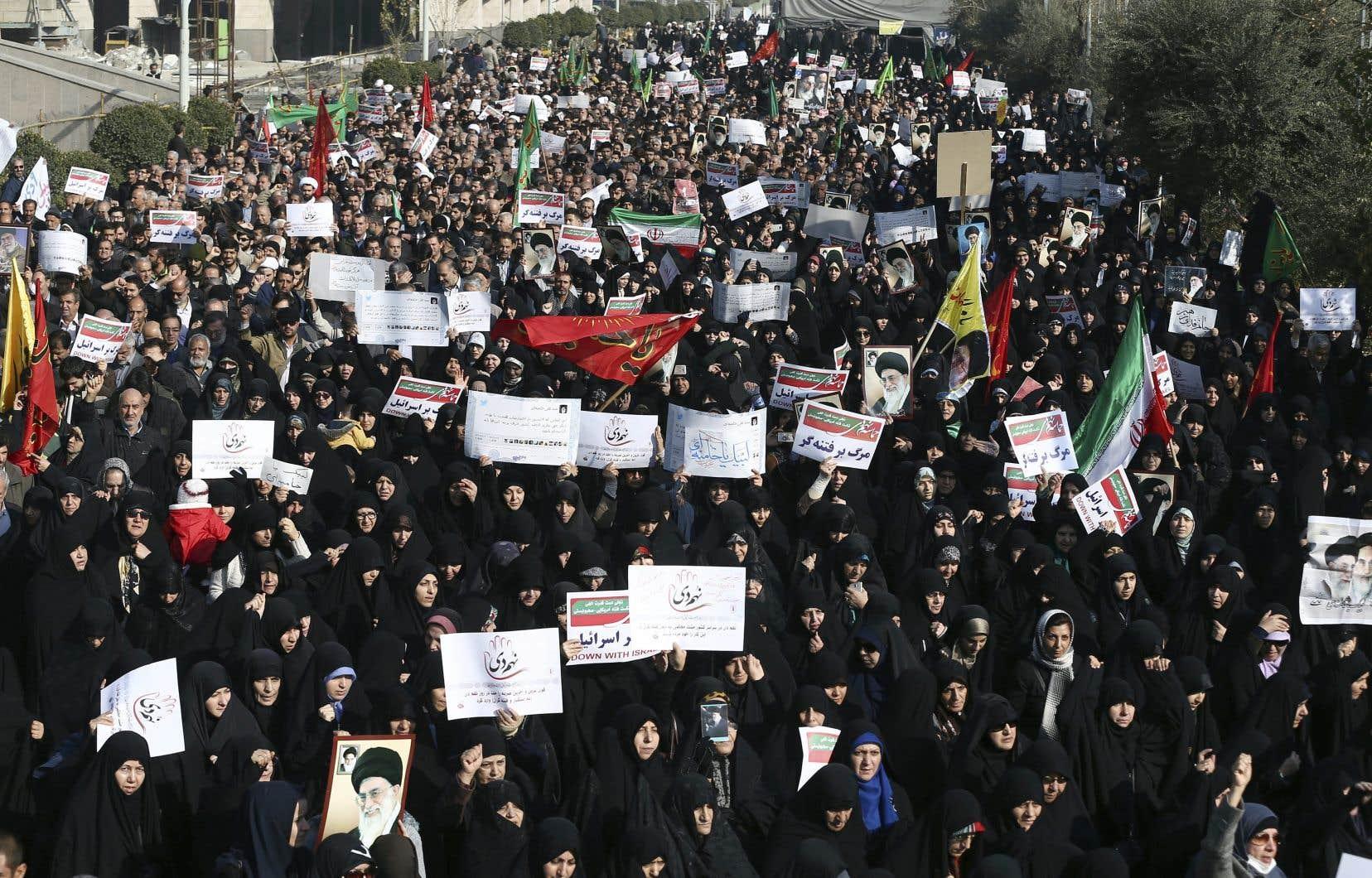 Des manifestants iraniens scandent des slogans lors d'un rassemblement à Téhéran, en Iran, le 30 décembre dernier.